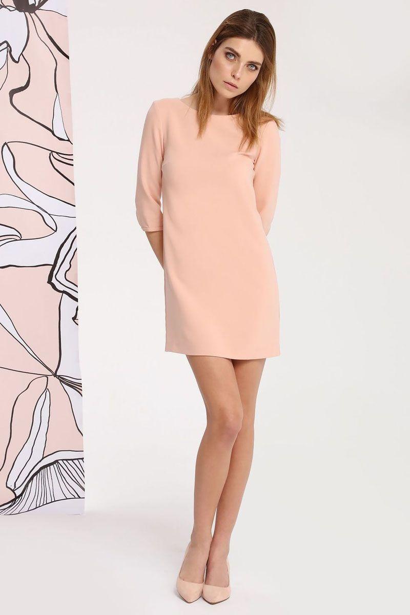 Платье Top Secret, цвет: персиковый. SSU1748PO. Размер 42 (50)SSU1748POПлатье Top Secret выполнено из полиэстера, вискозы и эластана. Модель с круглым вырезом горловины и рукавами 3/4 сзади застегивается на пуговицу.