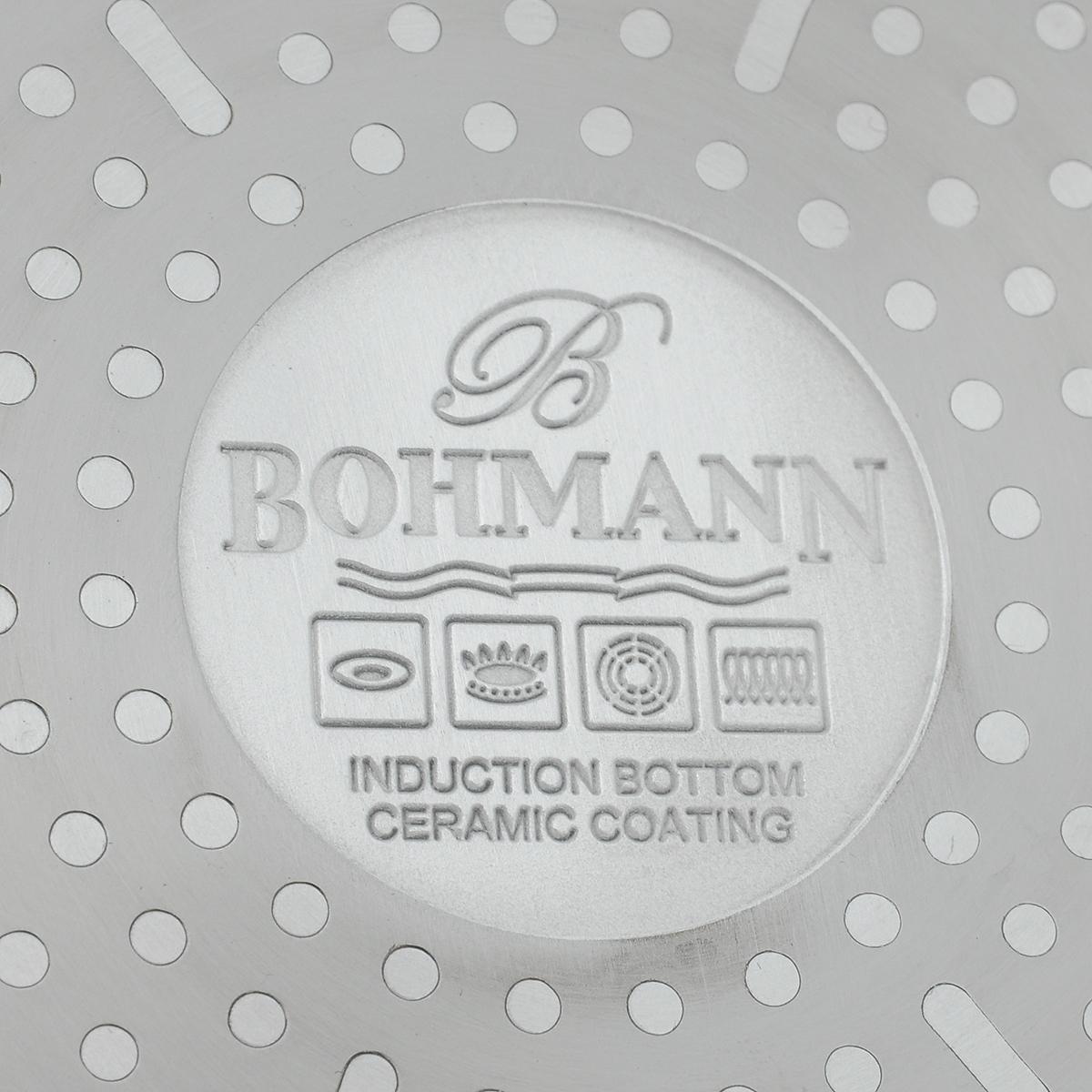 """Сковорода """"Bohmann"""" изготовлена из литого алюминия с  антипригарным керамическим покрытием белого цвета.  Внешнее покрытие - жаростойкий лак, который сохраняет  цвет долгое время. Благодаря керамическому покрытию  пища  не пригорает и не прилипает к поверхности сковороды,  что  позволяет готовить с минимальным количеством масла.  Кроме того, такое покрытие абсолютно безопасно для  здоровья человека, так как не содержит вредной примеси  PFOA. Рифленая внутренняя поверхность сковороды  обеспечивает быстрое и легкое приготовление.  Достоинства керамического покрытия:  - устойчивость к высоким температурам и резким  перепадам  температур;  - устойчивость к царапающим кухонным  принадлежностям и  абразивным моющим средствам;  - устойчивость к коррозии;  - водоотталкивающий эффект;  - покрытие способствует испарению воды во время  готовки;   - длительный срок службы;  - безопасность для окружающей среды и человека.  Сковорода быстро разогревается, распределяя тепло по  всей  поверхности, что позволяет готовить в  энергосберегающем  режиме, значительно сокращая время, проведенное у  плиты.   Изделие оснащено ручкой, выполненной из пластика с  термостойким силиконовым покрытием. Такая ручка не  нагревается в процессе готовки и обеспечивает  надежный  хват. Крышка, изготовленная из жаропрочного стекла,  оснащена ручкой, отверстием для выпуска пара и  металлическим ободом. Благодаря такой крышке можно  следить за приготовлением пищи без потери тепла.   Подходит для газовых, электрических и  стеклокерамических плит, включая индукционные. Можно  мыть в посудомоечной машине.  Диаметр сковороды: 20 см. Высота стенки: 4,5 см.  Длина ручки: 17,5 см."""