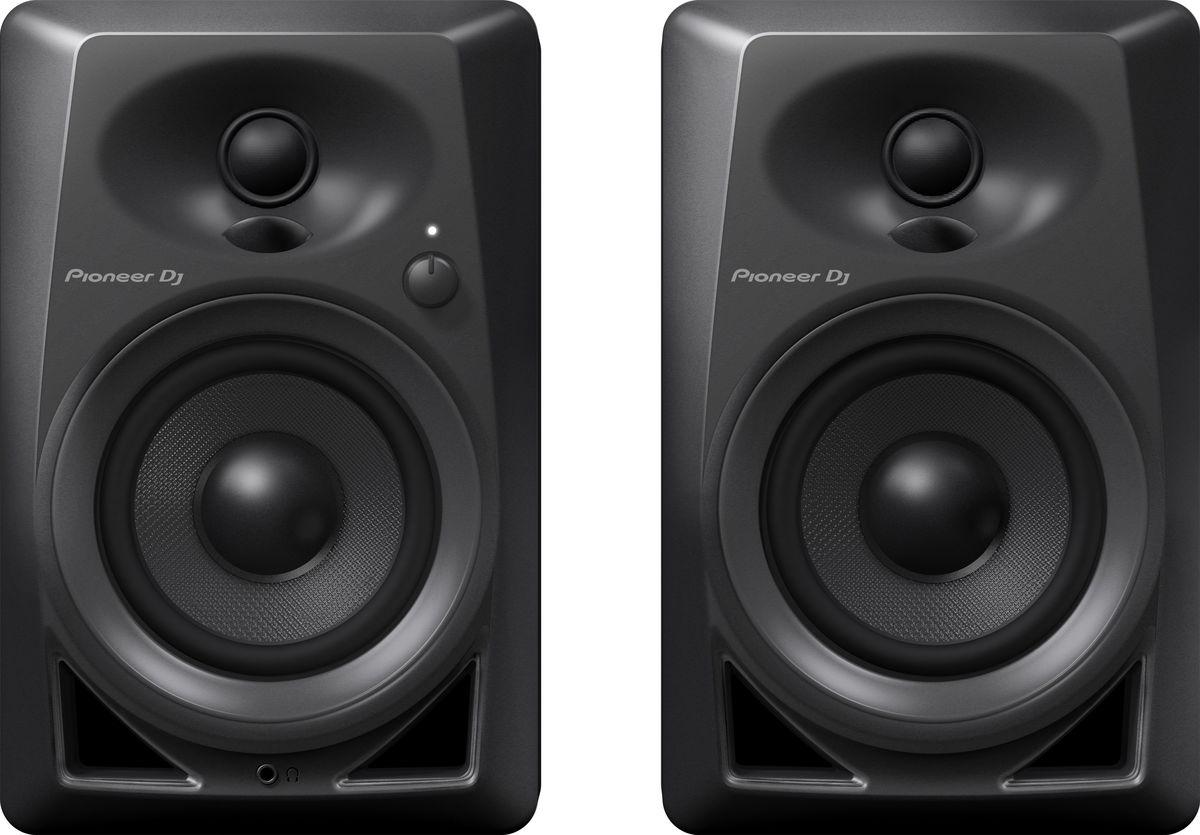 Pioneer DM-40 активная акустическая система (пара)381272Компактные мониторы Pioneer DM-40 построены с использованием высококачественных компонентов от дочернего бренда Pioneer Pro Audio – TAD. Так же, в новой модели применены технологии из профессиональных DJ мониторов серии S-DJ X, например, фронтальная система Bass Reflex, благодаря которой бас становится упругим и ощутимым. Мягкие купольные твиттеры с выпуклыми диффузорами DECO воспроизводят стереозвук с 3D эффектом и широкой зоной комфортного прослушивания; благодаря чему звучание будет чистым и энергичным, независимо от того, сидите ли вы за производством трека, стоите ли вы за вертушками, или просто слушаете музыку со смартфона. Мониторы Pioneer DM-40 станут универсальным домашним комплектом, с простым подключением к диджейскому набору или рабочей станции с помощью входов RCA или стерео миниджека.Фронтальная система bass reflex обеспечивает богатство низких частот. 4-дюймовые НЧ драйверы из стекловолокна работают в режиме фронтального прямого излучения. Фазоинверторы специальной формы, снижающей воздушное трение, так же расположены спереди. Это позволяет размещать мониторы у стены, и при этом бас все равно будет плотным и упругим.Мягкие купольные твиттеры с выпуклыми диффузорами производят 3D эффект в области ВЧ. Купольные твиттеры диаметром 3/4 дюйма используют технологию DECO от TAD Labs. Диффузоры распределяют акустическую энергию влево, вправо и вверх, благодаря чему создаётся 3D эффект и расширяется зона комфортного прослушивания, неважно, слушаете ли вы стоя или сидя.Усилитель класса AB и система совмещения фронтов волн обеспечивают сбалансированность звучания во всем частотном диапазонеТвиттер и НЧ драйвер расположены таким образом, чтобы характеристика во всем диапазоне сохраняла равномерность. Использование усилителя класса AB гарантирует прозрачность звучания без искажений и без потерь качества.Закругленные формы снижают резонанс и обеспечивают чистоту звучания. Закругленная фронтальная поверхность у