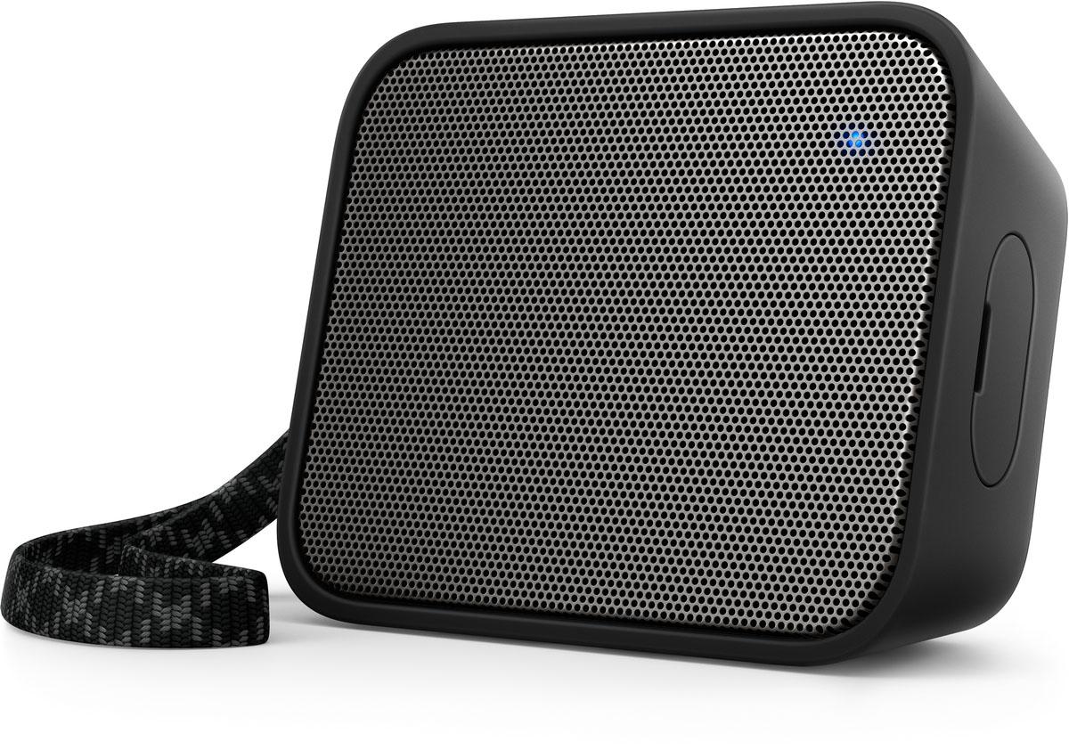 Philips BT110B/00 портативная акустическая системаBT110B/00Портативная колонка Philips BT110B/00 обладает характеристиками крупногабаритных акустических систем, что обеспечивает чистое звучание и высокую громкость, а также удивительно мощные басы. Благодаря водонепроницаемой конструкции и удобному ремешку ее можно использовать в любом месте и в любое время.Bluetooth — надежная и энергоэффективная технология беспроводной связи малого радиуса действия, которая позволяет с легкостью подключать iPod/iPhone/iPad и другие Bluetooth-устройства, например смартфоны, планшетные компьютеры и ноутбуки. Теперь вы сможете без проводов воспроизводить на этой акустической системе любимую музыку и звук во время игр или просмотра видео.Функция антиклиппинга позволит вам даже при низком заряде батареи слушать музыку высокого качества на любой громкости. Она позволяет работать с входными сигналами от 300 мВ до 1000 мВ и воспроизводить звук без искажений. Это дает возможность воспроизводить музыкальный сигнал так, как он проходит через усилитель, и сохранять пиковые значения в пределах диапазона усилителя. При этом устраняются искажения звука, вызванные ограничениями, без влияния на громкость. При низком уровне заряда батареи снижается возможность воспроизводить пиковые значения в музыке, но функция антиклиппинга снижает сами пиковые значения при разряде батареи.Благодаря встроенному микрофону эту АС можно использовать в качестве спикерфона. При поступлении вызова воспроизведение музыки приостанавливается, и вы можете общаться через колонку. Отличный вариант для любого случая: и для деловых бесед, и для разговоров с друзьями.В комплект входит трикотажный ремешок для удобной переноски
