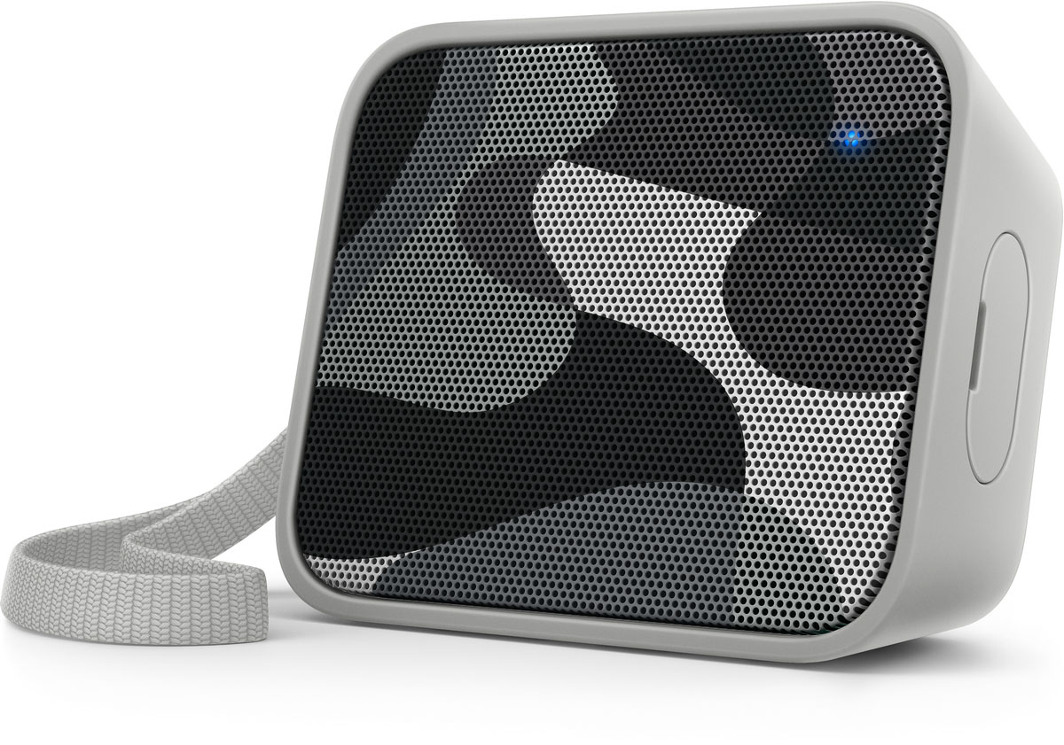 Philips BT110C/00 портативная акустическая системаBT110C/00Портативная акустическая система Philips BT110C/00 обладает характеристиками крупногабаритных акустических систем, что обеспечивает чистое звучание и высокую громкость, а также удивительно мощные басы. Благодаря влагонепроницаемой конструкции и удобному ремешку ее можно использовать в любом месте и в любое время.Bluetooth — надежная и энергоэффективная технология беспроводной связи малого радиуса действия, которая позволяет с легкостью подключать iPod/iPhone/iPad и другие Bluetooth-устройства, например смартфоны, планшетные компьютеры и ноутбуки. Теперь вы сможете без проводов воспроизводить на этой акустической системе любимую музыку и звук во время игр или просмотра видео.Функция антиклиппинга позволит вам даже при низком заряде батареи слушать музыку высокого качества на любой громкости. Она позволяет работать с входными сигналами от 300 мВ до 1000 мВ и воспроизводить звук без искажений. Это дает возможность воспроизводить музыкальный сигнал так, как он проходит через усилитель, и сохранять пиковые значения в пределах диапазона усилителя. При этом устраняются искажения звука, вызванные ограничениями, без влияния на громкость. При низком уровне заряда батареи снижается возможность воспроизводить пиковые значения в музыке, но функция антиклиппинга снижает сами пиковые значения при разряде батареи.Водонепроницаемая конструкция подходит для использования в условиях повышенной влажности и во время дождя. Протестировано на соответствие строгим требованиям стандарта IPX4: внутренние компоненты защищены от воздействия влаги, что позволяет наслаждаться музыкой в ванной комнате, на кухне и даже на улице при любой погоде.Благодаря встроенному микрофону эту АС можно использовать в качестве спикерфона. При поступлении вызова воспроизведение музыки приостанавливается, и вы можете общаться через колонку. Отличный вариант для любого случая: и для деловых бесед, и для разговоров с друзьями.Слушайте музыку так громко, как 