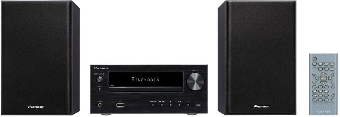 Pioneer X-HM26-B музыкальный центрX-HM26-BМатово-алюминиевый внешний вид модели Pioneer X-HM 26 подчеркивает ее не подверженное влиянию моды благородство, и благодаря ему микросистема будет выглядеть абсолютно новой и через несколько лет. И очень хорошо, что CD-ресивер наряду с обычным FM-радио и классическими СD поддерживает современные источники музыки: к USB-порту с передней стороны можно подключить флэшки с подборками музыкальных файлов в формате MP3, а интегрированный модуль Bluetooth делает возможной беспроводную потоковую передачу со смартфона. Так ваши любимые музыкальные приложения будут вместе с вами в кабинете, гостиной или спальне - место для модели X-HM 26 найдется везде. Независимо от места установки и используемого в определенный момент источника двухполосные колонки вместе с функцией P.Bass, эквалайзером и регуляторами звучания всегда гарантируют надлежащее качество звука. В повседневной жизни также быстро начинаешь ценить преимущества функций спящего режима и будильника модели X-HM 26. Так, например, с эквалайзером в ночном режиме по вечерам можно спокойно засыпать, а по утрам постепенно просыпаться.