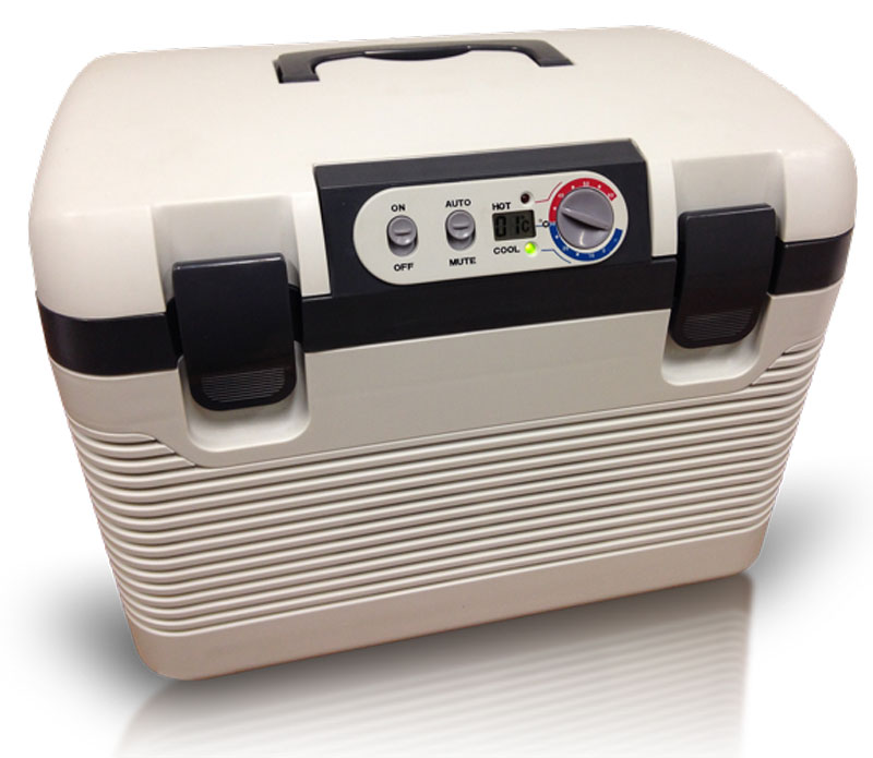 Холодильник автомобильный Vector-Frost VF-180MVF-180MАвтомобильный холодильник Vector-Frost - это малогабаритный агрегат, который устанавливается в машине и поможет вам доставить продукты к месту пикника на природе, а также насладиться охлажденными напитками во время длительного переезда. Если вы любите путешествовать в автомобиле и проводите в дороге много времени - то без портативного устройства для хранения продуктов вам не обойтись. Этот удобный и компактный прибор сохранит продукты и напитки, которые вы собираетесь взять в дальнюю поездку. Термоэлектрические холодильники отличаются наиболее низким уровнем шума в рабочем режиме, так как в них нет движущихся и трясущихся частей. Потребление электроэнергии данными холодильниками из расчета на один литр охлаждаемого объема намного ниже, чем у компрессорных или абсорбционных. Кроме того, ремонт холодильников этого типа требуется сравнительно редко, так как они довольно надежны. Термоэлектрические холодильники не боятся вибрации и тряски, могут эксплуатироваться как в обычном положении, так и в перевернутом. Внутренний объем: 18 л. Электропитание: переменный ток 220-240 Вольт, в режиме постоянного тока - 12 и 24 Вольт. Охлаждение до -2°С (2-х элементная система) при окружающей температуре плюс 23-25°С. Нагрев до +65°С градусов (ограничивается термостатом, 2-х элементная система). Переключатель нагрева/охлаждения. Индикатор нагрева - красный (Hot), охлаждения - зеленый (Cool). Подача/отвод холода/тепла с помощью 2-х вентиляторов с бесщеточными электродвигателями.