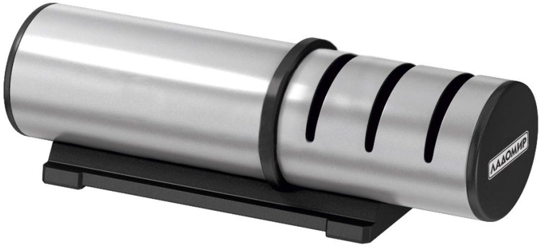 Ножеточка Ладомир, с тремя слотами и металлическим корпусомТМ 300Механическая ножеточка Ладомир обладает не только привлекательным внешним видом, но еще и обеспечивает три этапа обработки лезвий с двусторонней заточкой.За привлекательный внешний вид изделия отвечает практичный и красивый материал корпуса - нержавеющая сталь.Заточка лезвий происходит в трех точильных слотах: в первом слоте происходит грубая обработка режущей кромки дисками с алмазным напылением зернистостью 360 грит, во втором - средняя заточка дисками с алмазным напылением зернистостью 600 грит, а в третьем - финишная заточка керамическими дисками зернистостью 1000 грит. При сильном износе режущей кромки производите заточку последовательно во всех трех слотах, для профилактической обработки лезвия используйте слот финишной заточки. Кроме того, ножеточка Ладомир обеспечивает оптимальный угол заточки режущей кромки благодаря направляющим прорезям точильных слотов, так что вы можете полностью сосредоточиться на процессе точения и не беспокоиться о том, что неверно расположили лезвие относительно абразива. Ножеточка подходит для стальных кухонных ножей разных предназначений, кроме хлебных и прочих ножей с волнистым лезвием.