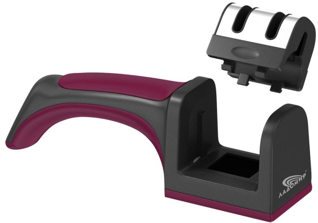 Ножеточка Ладомир, классическая, с двумя слотамиТМ 201Механическая ножеточка Ладомир - это удобный и портативный инструмент для заточки стальных кухонных ножей всех типов, кроме ножей с волнистым лезвием, который будет одинаково удобен как для правшей, так и для левшей.Для достижения оптимальной заточки режущей кромки, производите заточку лезвий в два этапа. Сначала обработайте лезвие карбид-вольфрамовым твердосплавным элементом в слоте для восстановления сильно поврежденных лезвий, затем во втором слоте произведите финишную доводку керамическим абразивным элементом. Если лезвие не сильно затуплено, можно начинать заточку сразу со второго слота. Левши по достоинству оценят съемный блок абразивных элементов ножеточки Ладомир: просто переверните блок и можете затачивать нож, держа его в левой руке. Чтобы ножеточка не скользила по поверхности во время точения, прижимайте ножеточку к столу при помощи эргономичной ручки. Для очистки изделия от абразивной пыли, снимите блок точильных элементов и поверните его на 180°. Отделка корпуса нержавеющей сталью придает изделию опрятный вид и упрощает уход за ним, ведь нержавейка не впитывает посторонние запахи.