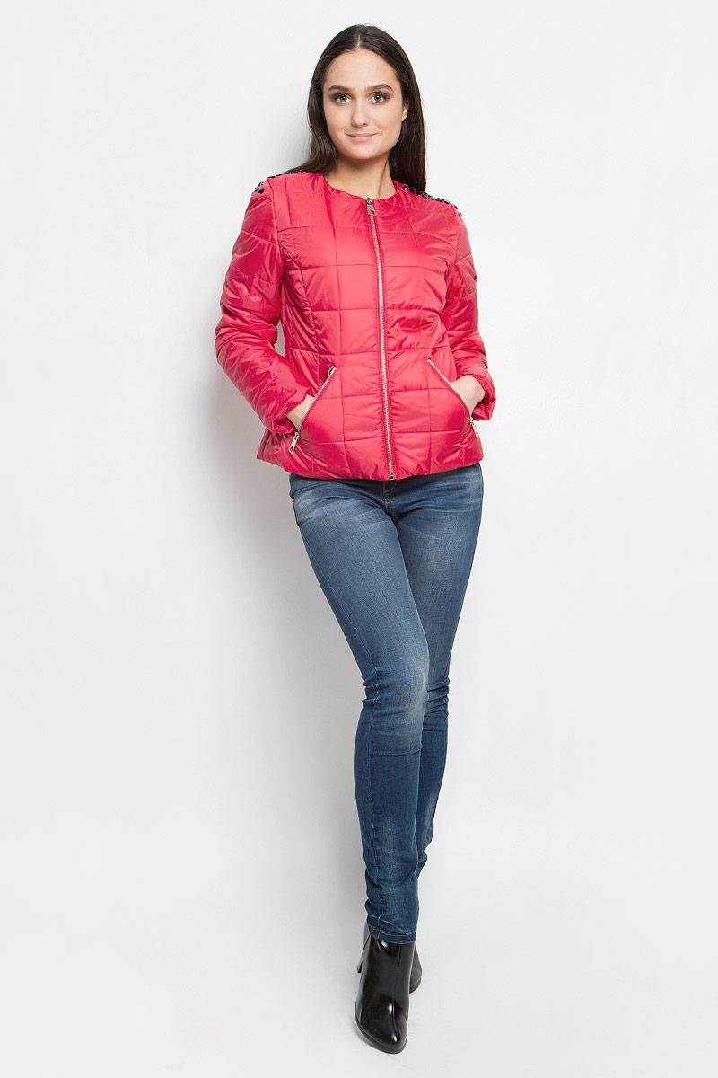 Куртка женская Baon, цвет: красный. B037018. Размер XL (50)B037018_BarberryЖенская куртка Baon выполнена из высококачественного полиэстера. Куртка с круглым вырезом горловины и длинными рукавами застегивается на удобную застежку-молнию спереди.Спереди расположены два втачных кармана на застежках-молниях. Куртка оформлена стеганым узором и украшена крупными стразами на плечах.