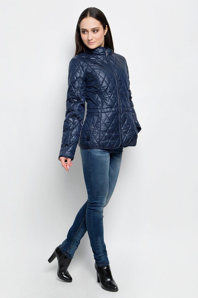 Куртка женская Baon, цвет: темно-синий. B037040. Размер S (44)B037040_Dark NavyЖенская куртка Baon c длинными рукавами и воротником-стойкой выполнена из прочного полиэстера. Наполнитель - синтепон. Модель застегивается на застежку-молнию спереди. Изделие имеет два втачных кармана на кнопках спереди. Объем талии регулируется при помощи внутреннего шнурка-кулиски. Курта оформлена стеганым узором.