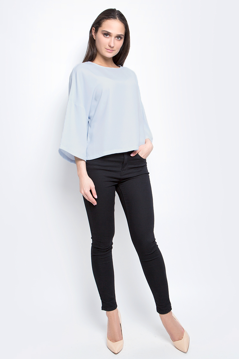 Блузка женская Baon, цвет: голубой. B197030. Размер S (44)B197030_BlizzardЖенская блузка Baon выполнена из 100% полиэстера. Модель с круглым вырезом горловины и рукавами 3/4 сзади застегивается на пуговицу.