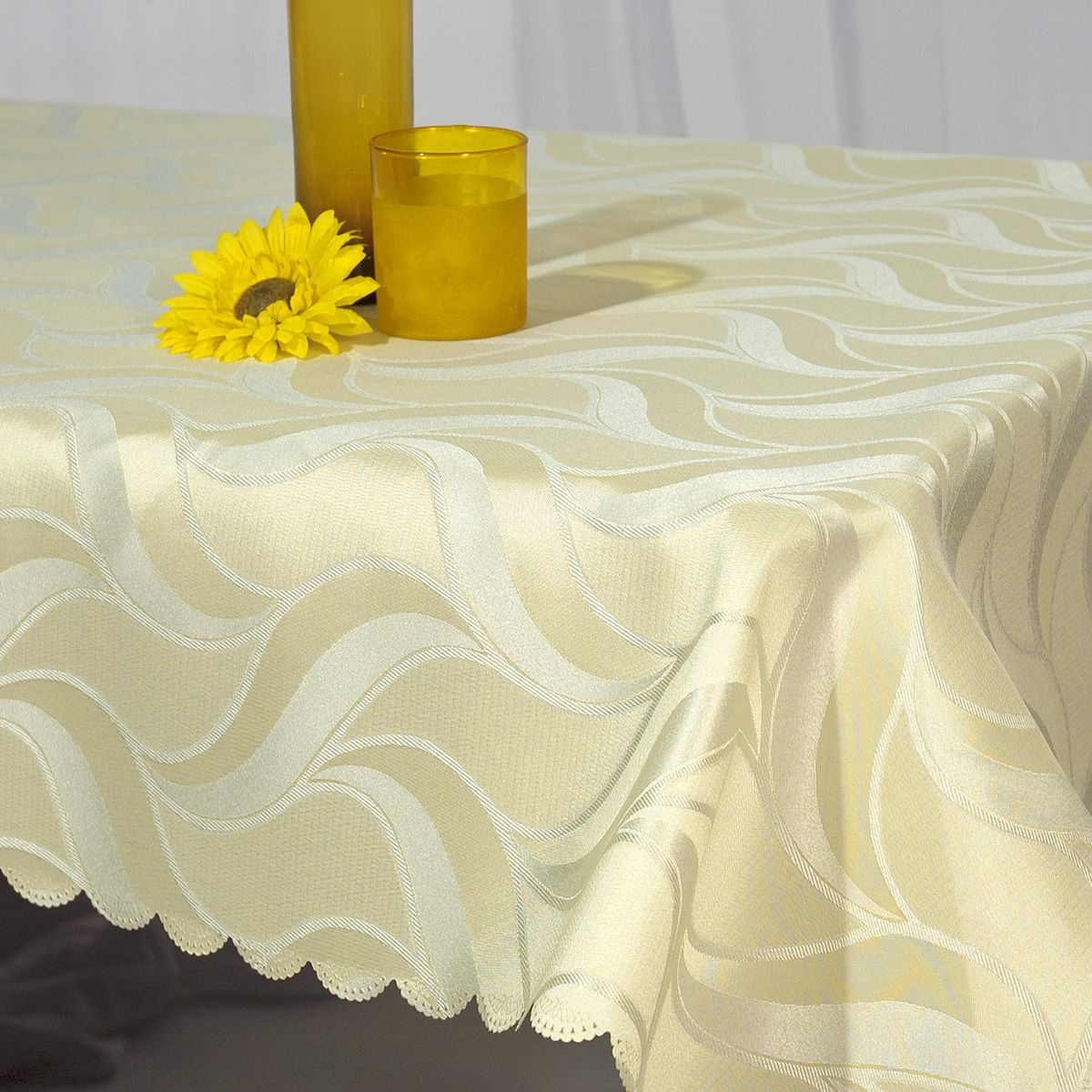 Скатерть Schaefer, прямоугольная, цвет: молочный, 130 x 160 см. 07355-42707355-427Стильная скатерть Schaefer выполнена из полиэстера.Изделия из полиэстера легко стирать: они не мнутся, не садятся и быстро сохнут, они более долговечны, чем изделия из натуральных волокон.Немецкая компания Schaefer создана в 1921 году. На протяжении всего времени существования она создает уникальные коллекции домашнего текстиля для гостиных, спален, кухонь и ванных комнат. Дизайнерские идеи немецких художников компании Schaefer воплощаются в текстильных изделиях, которые сделают ваш дом красивее и уютнее и не останутся незамеченными вашими гостями. Дарите себе и близким красоту каждый день!