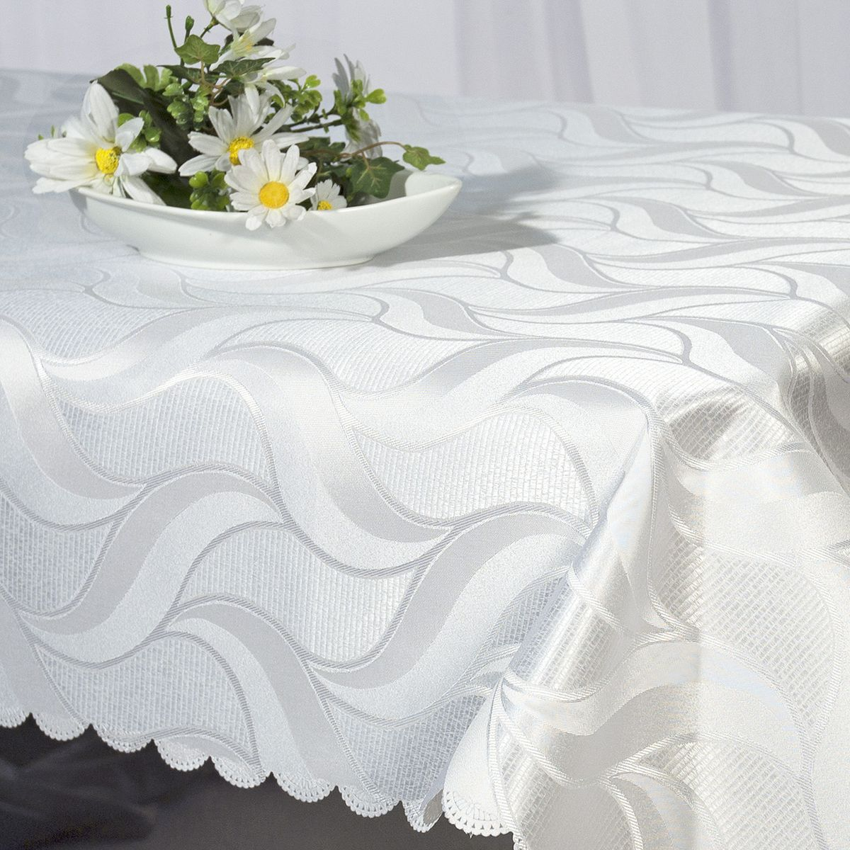 Скатерть Schaefer, прямоугольная, цвет: белый, 130 x 160 см. 07357-42707357-427Стильная скатерть Schaefer выполнена из полиэстера.Изделия из полиэстера легко стирать: они не мнутся, не садятся и быстро сохнут, они более долговечны, чем изделия из натуральных волокон.Немецкая компания Schaefer создана в 1921 году. На протяжении всего времени существования она создает уникальные коллекции домашнего текстиля для гостиных, спален, кухонь и ванных комнат. Дизайнерские идеи немецких художников компании Schaefer воплощаются в текстильных изделиях, которые сделают ваш дом красивее и уютнее и не останутся незамеченными вашими гостями. Дарите себе и близким красоту каждый день!