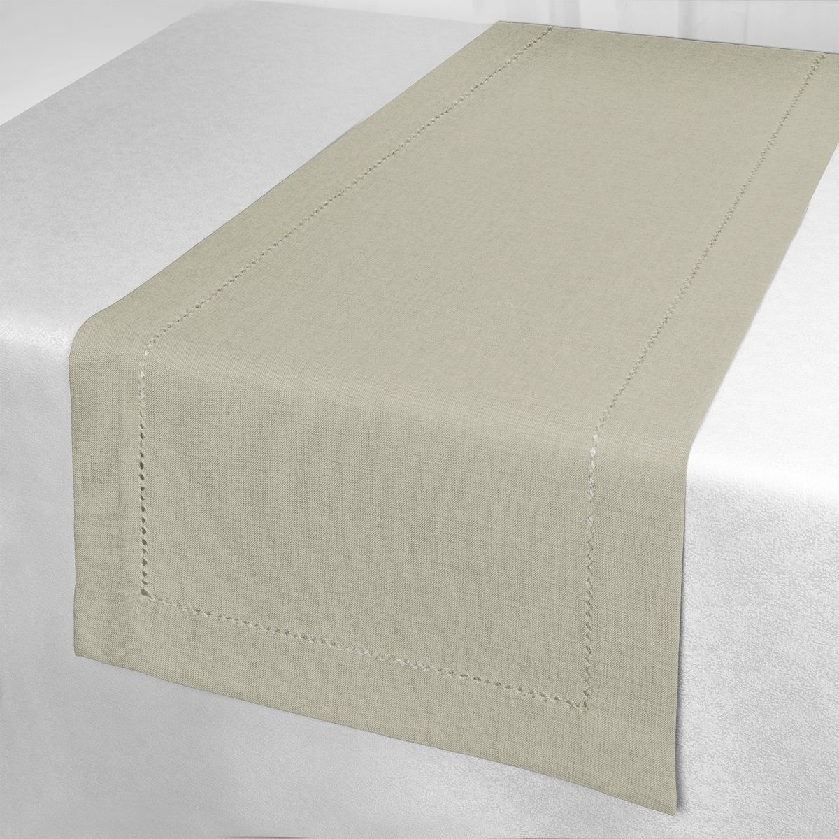 Дорожка для декорирования стола Schaefer, 40 x 140 см. 07600-21107600-211Дорожка для декорирования стола Schaefer может быть использована, как основной элемент, так и дополнение для создания уюта и романтического настроения.Дорожка выполнена из полиэстера. Изделие легко стирать: оно не мнется, не садится и быстро сохнет, более долговечно, чем изделие из натуральных волокон.Материал: 100% полиэстер.Размер: 40 х 140 см.