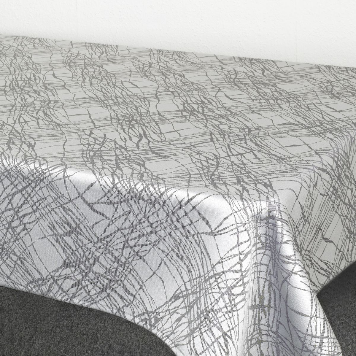 Скатерть Schaefer, прямоугольная, цвет: серый, 130 х 170 см. 07814-42907814-429Стильная скатерть Schaefer выполнена из полиэстера.Изделия из полиэстера легко стирать: они не мнутся, не садятся и быстро сохнут, они более долговечны, чем изделия из натуральных волокон.Немецкая компания Schaefer создана в 1921 году. На протяжении всего времени существования она создает уникальные коллекции домашнего текстиля для гостиных, спален, кухонь и ванных комнат. Дизайнерские идеи немецких художников компании Schaefer воплощаются в текстильных изделиях, которые сделают ваш дом красивее и уютнее и не останутся незамеченными вашими гостями. Дарите себе и близким красоту каждый день!