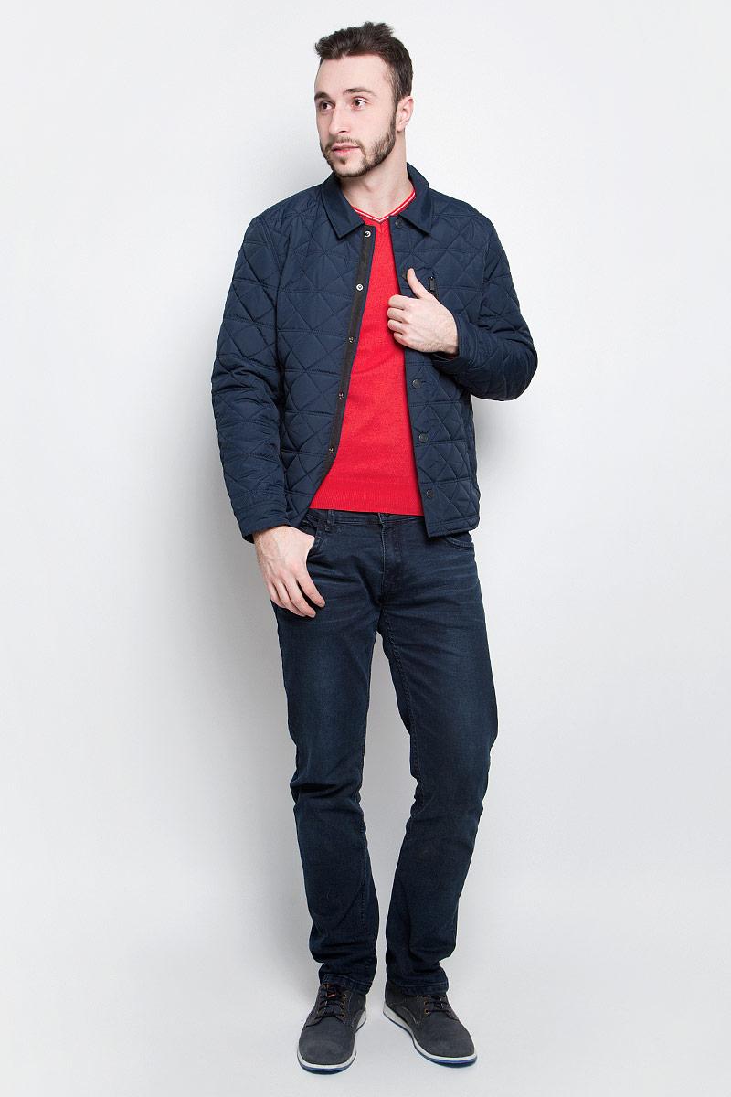 Куртка мужская Baon, цвет: темно-синий. B537022. Размер M (48)B537022_Deep NavyМужская куртка Baon выполнена из 100% полиэстера. Модель с длинными рукавами и отложным воротником застегивается на шесть металлических кнопок. Спереди куртка дополнена двумя втачными карманами на застежке-молнии и одним прорезным карманом на груди, с внутренней стороны одним накладным карманом на пуговице. На манжетах предусмотрены застежки-кнопки. Один из рукавов оформлен металлическим элементом в виде названия бренда.