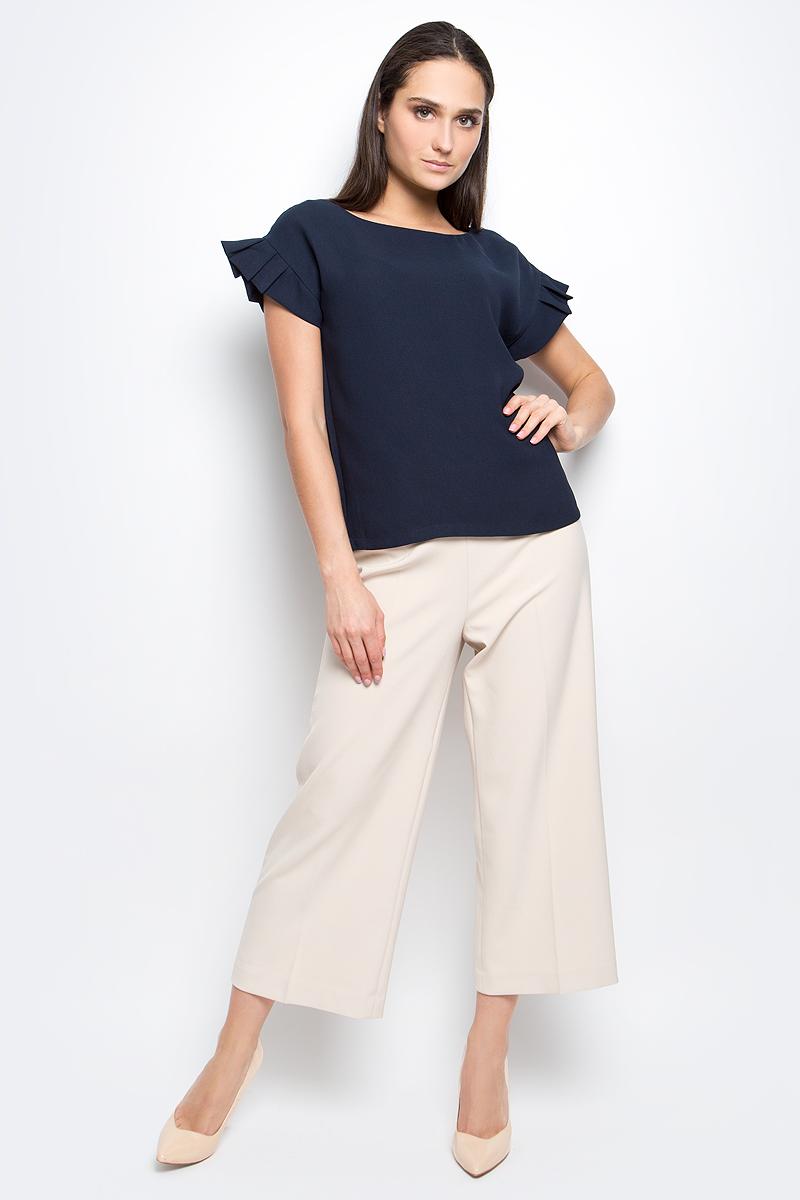 Блузка женская Baon, цвет: темно-синий. B197018. Размер L (48)B197018_Dark NavyЖенская блузка Baon выполнена из 100% полиэстера. Модель с круглым вырезом горловины и короткими рукавами сзади застегивается на пуговицу.