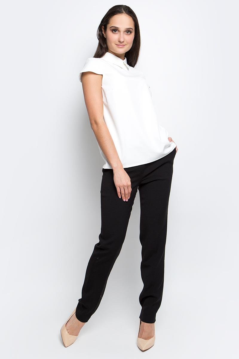 Блузка женская Baon, цвет: белый. B197007. Размер M (46)B197007_MilkЖенская блузка Baon выполнена из полиэстера с добавлением эластана. Модель с отложным воротником и короткими рукавами сзади застегивается на пуговицы.