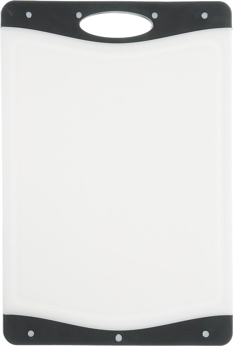 Доска разделочная Kesper, цвет: белый, черный, 33 х 22,5 х 1 см3077-1_белый, черныйДоска разделочная Kesper выполнена из высококачественного пластика и силикона. Материалы непористые, что предотвращает впитывание запаха. Доска имеет специальное антибактериальное покрытие, защищающее поверхность от появления бактерий. Изделие можно использовать с двух сторон. Углубления по краю доски соберут весь сок и поверхность стола останется чистой. А благодаря силиконовым вставкам по краям, доска не скользит по поверхности.Такая доска понравится любой хозяйке и будет отличным помощником на кухне.Можно мыть в посудомоечной машине.