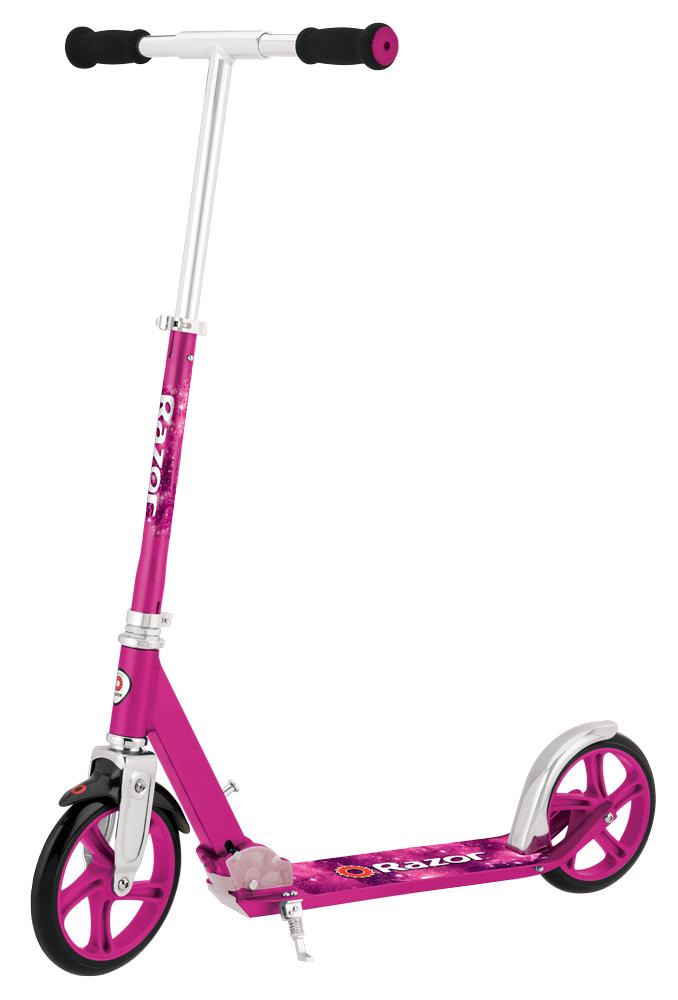 Самокат городской Razor A5 Lux, цвет: розовый070602Razor А5 Lux - по-настоящему взрослый самокат. Возьмите огромные полиуретановые колеса в 200 мм, добавьте суперпрочную надежную раму и качество Razor - все это A5 Lux. Меньше толчков - больше движения! Возрастное ограничение: от 7 лет. Подходит для детей и взрослых ростом от 1,2 до 1,9 м. Вес самоката 3,86 кг. Легкая прочная рама из авиационного алюминия. Прочный руль из авиационного алюминия шириной 46 см. Большая площадь деки покрыта противоскользящей шкуркой. Складывается и раскладывается в 3-х положениях. Минимальная высота руля от земли 76 см.; от деки 69 см. Максимальная высота руля от земли 97 см.; от деки 90 см. Дорожный просвет (клиренс) 4 см.