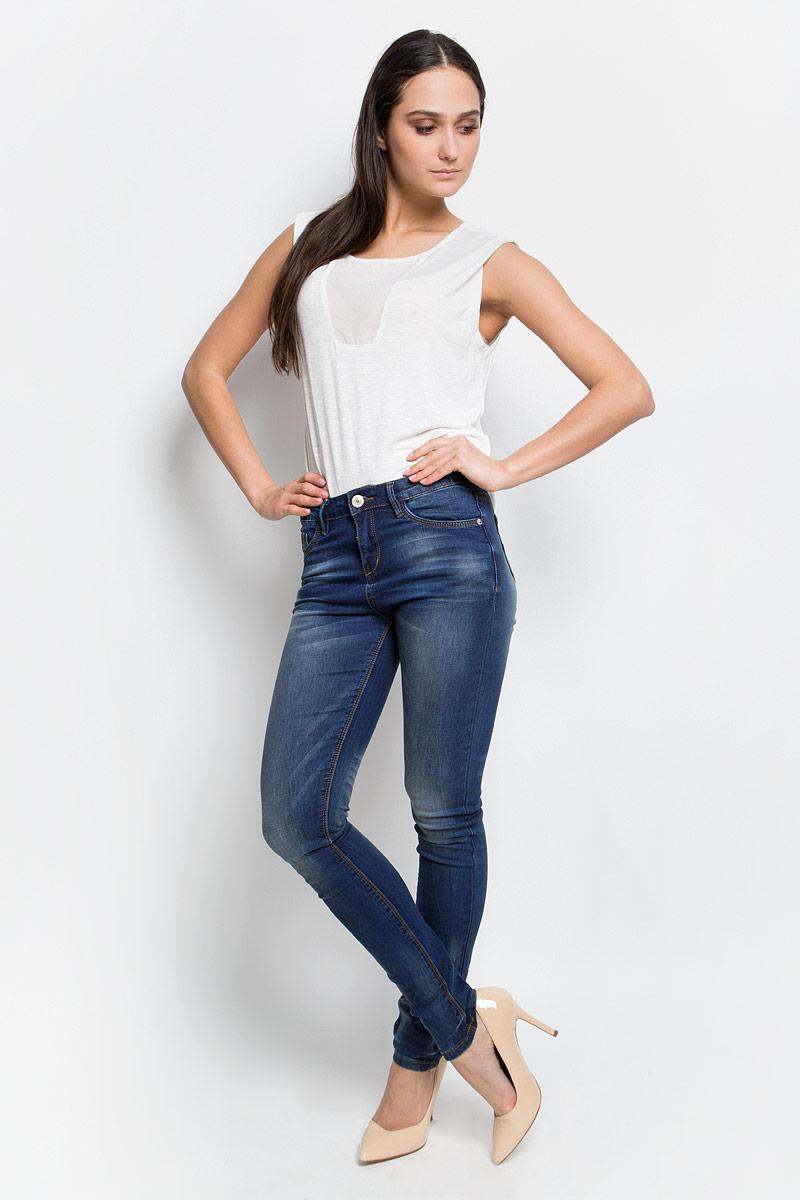 Джинсы женские Baon, цвет: темно-синий джинс. B307008. Размер 28 (44)B307008_Navy DenimСтильные женские джинсы Baon, выполненные из натурального хлопка с добавлением эластана, позволят вам создать неповторимый, запоминающийся образ.Джинсы-слим со средней посадкой застегиваются на пуговицу в поясе и ширинку на застежке-молнии. Модель имеет шлевки для ремня. Джинсы имеют классический пятикарманный крой: спереди модель оформлена двумя втачными карманами и одним маленьким накладным кармашком, а сзади - двумя накладными карманами. Модель оформлена эффектом потертости и перманентными складками.