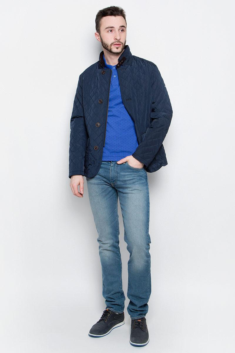Куртка мужская Baon, цвет: темно-синий. B537023. Размер XXL (54)B537023_Deep NavyУдобная мужская куртка Baon выполнена из качественного водоотталкивающего и ветрозащитного материала, который защитит вас от дождя и ветра. Подкладка и утеплитель изготовлены из полиэстера. Модель с воротником-стойка и длинными рукавами застегивается на застежку-молнию с внешней защитной планкой на пуговицах. Воротник дополнительно застегивается на хлястик с пряжкой. Спереди куртка оформлена двумя накладными карманами с клапанами на кнопках, а внутренняя сторона имеет два втачных кармана на пуговицах. Изделие украшено стеганным узором и по спинке оформлено шлицей на кнопке.