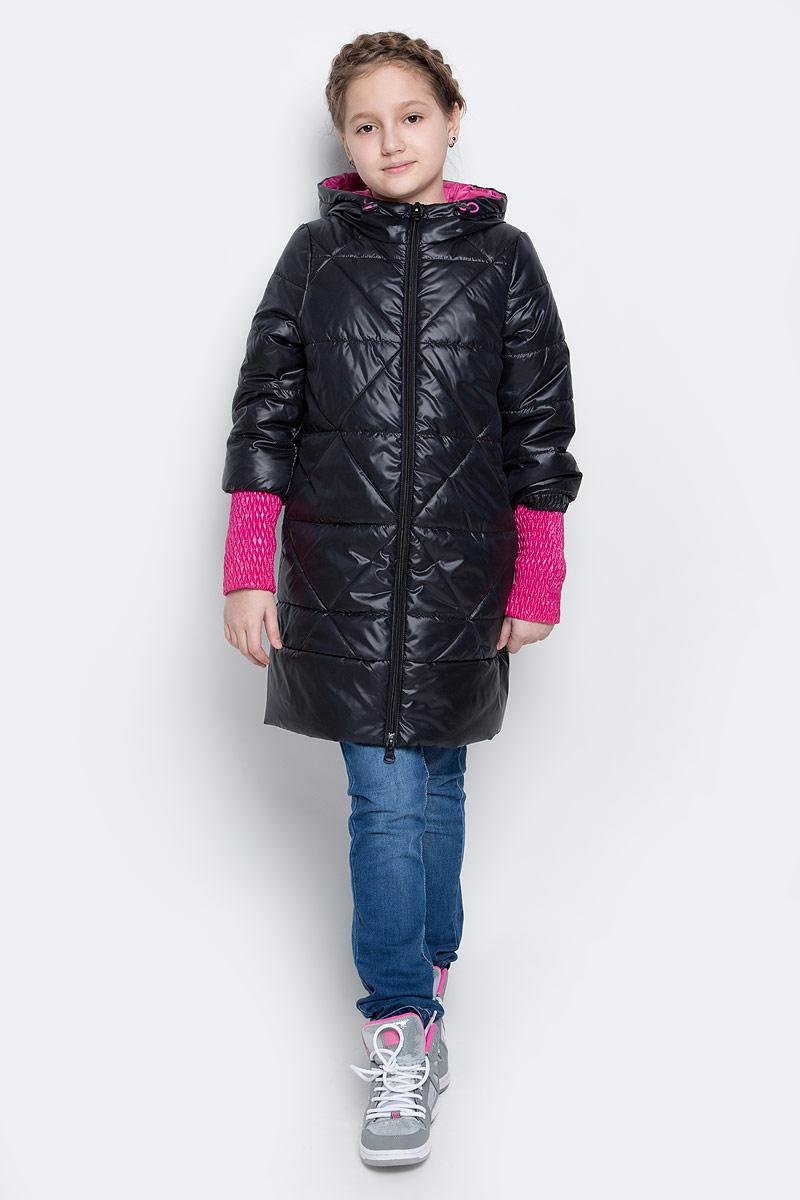 Пальто для девочки Boom!, цвет: черный. 70026_BOG_вар.2. Размер 116, 5-6 лет70026_BOG_вар.2Стильное пальто для девочки Boom! идеально подойдет вашей моднице в прохладную погоду. Модель изготовлена из водонепроницаемой и ветрозащитной ткани, на подкладке из полиэстера с добавлением вискозы. В качестве утеплителя изделия используется материал Flexy Fiber (150 г/м2).Пальто с несъемным капюшоном и длинными рукавами застегивается спереди на пластиковую застежку-молнию. Манжеты на рукавах изготовлены из широкой резинки. В боковых швах предусмотрены два втачных кармана. Капюшон дополнен утягивающей резинкой на стопперах. Модель оформлена стеганым узором и светоотражающими элементами.