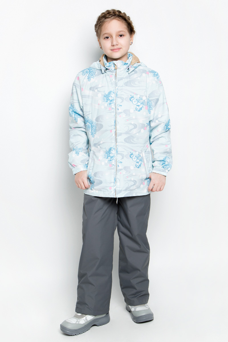 Комплект верхней одежды для девочки Huppa Yonne 1: куртка, брюки, цвет: светло-голубой, серый. 41260104-71127. Размер 128, 7-8 лет41260104-71127Костюм для девочки Huppa Yonne 1 состоит из куртки и брюк. Костюм выполнен из 100% полиэстера с высокими показателями износостойкости. Ткань с обратной стороны покрыта слоем полиуретана с микропорами (мембрана), который препятствует прохождению влаги и ветра внутрь изделия. Для максимальной влагонепроницаемости швы проклеены водостойкой лентой. Подкладка костюма выполнена из гладкой тафты. Высокотехнологичный легкий синтетический утеплитель имеет уникальную структуру микроволокон, которые не позволяют проникнуть внутрь холодному воздуху, в то же время удерживают теплый между волокнами и обеспечивают высокую теплоизоляцию. Куртка имеет застежку-молнию с защитой подбородка от прищемления, отстегивающийся капюшон, прорезные открытые карманы. Талия, манжеты рукавов и край капюшона снабжены эластичными резинками. Брюки закрываются на застежку-молнию и пуговицу в поясе, эластичные подтяжки регулируемой длины легко снимаются, талия снабжена резинкой для плотного прилегания, низ брючин также регулируется. На изделиях присутствуют светоотражательные элементы для безопасности в темное время суток.