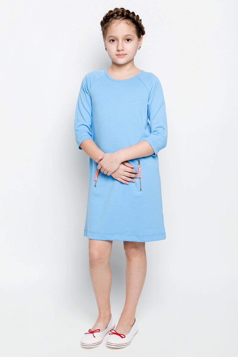 Платье для девочки Sela, цвет: голубой. DK-617/431-7151. Размер 134, 9 летDK-617/431-7151Платье для девочки Sela выполнено из вискозы с добавлением полиэстера и эластана.Модель средней длины с рукавами-реглан длиной 3/4 имеет круглый вырез горловины. Платье застегивается на застежку-молнию на спинке, спереди дополнено втачным карманом-кенгуру на двух застежках-молниях.