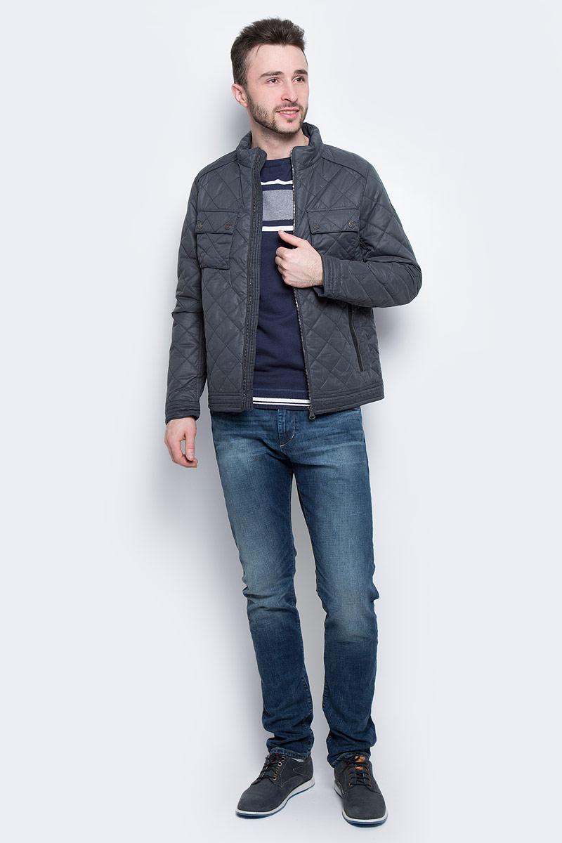 Куртка мужская Tom Tailor, цвет: темный серо-синий. 3533179.00.10_6889. Размер XL (52)3533179.00.10_6889Мужская куртка Tom Tailor с длинными рукавами и воротником-стойкой выполнена из полиэстера. Наполнитель - синтепон.Куртка застегивается на застежку-молнию спереди. Изделие оснащено двумя втачными карманами на молниях и двумя накладными карманами с клапанами на кнопках спереди, а также внутренним втачным карманом на застежке-молнии. Модель оформлена стеганым узором.