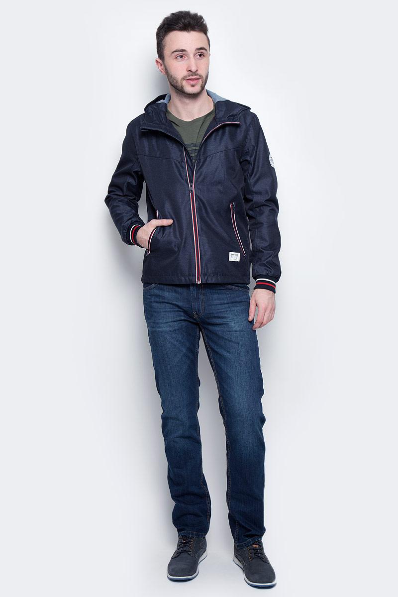 Куртка мужская Tom Tailor Denim, цвет: темно-синий. 3533230.00.12_6576. Размер L (50)3533230.00.12_6576Стильная мужская куртка Tom Tailor Denim выполнена из 100% полиэстера. Подкладка изготовлена из гладкого полиэстера, внутри капюшона - 100% хлопок. Модель с длинными рукавами и воротником-стойкой с капюшоном застегивается на застежку-молнию. Спереди расположены два прорезных кармана на молнии, внутри - потайной прорезной карман на кнопке. Манжеты рукавов снабжены эластичными резинками. Модель дополнена круглой нашивкой на рукаве.