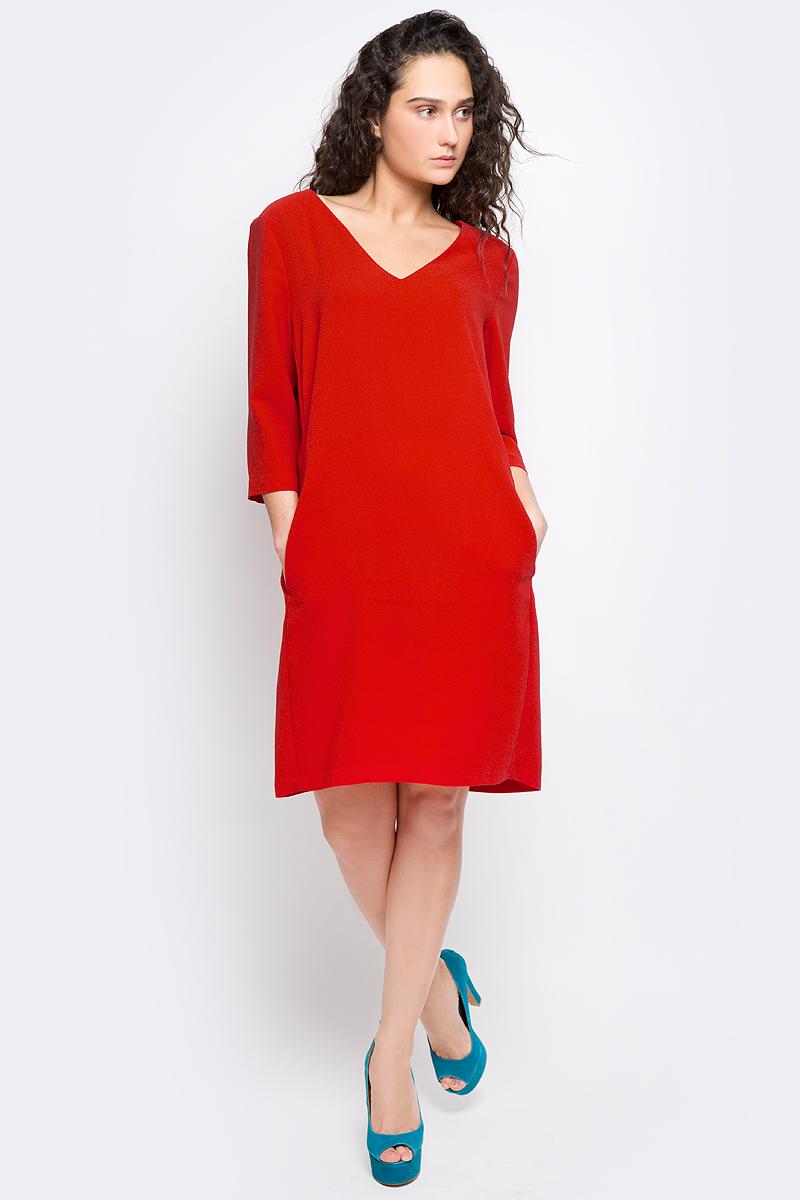 Платье Selected Femme, цвет: красный. 16053026. Размер 36 (42)16053026_Flame ScarletМодное платье Selected Femme изготовлено из высококачественного полиэстера. Модель-миди прямого кроя с V-образным вырезом горловины и рукавами 3/4 застегивается на застежку-молнию, расположенную на спинке.