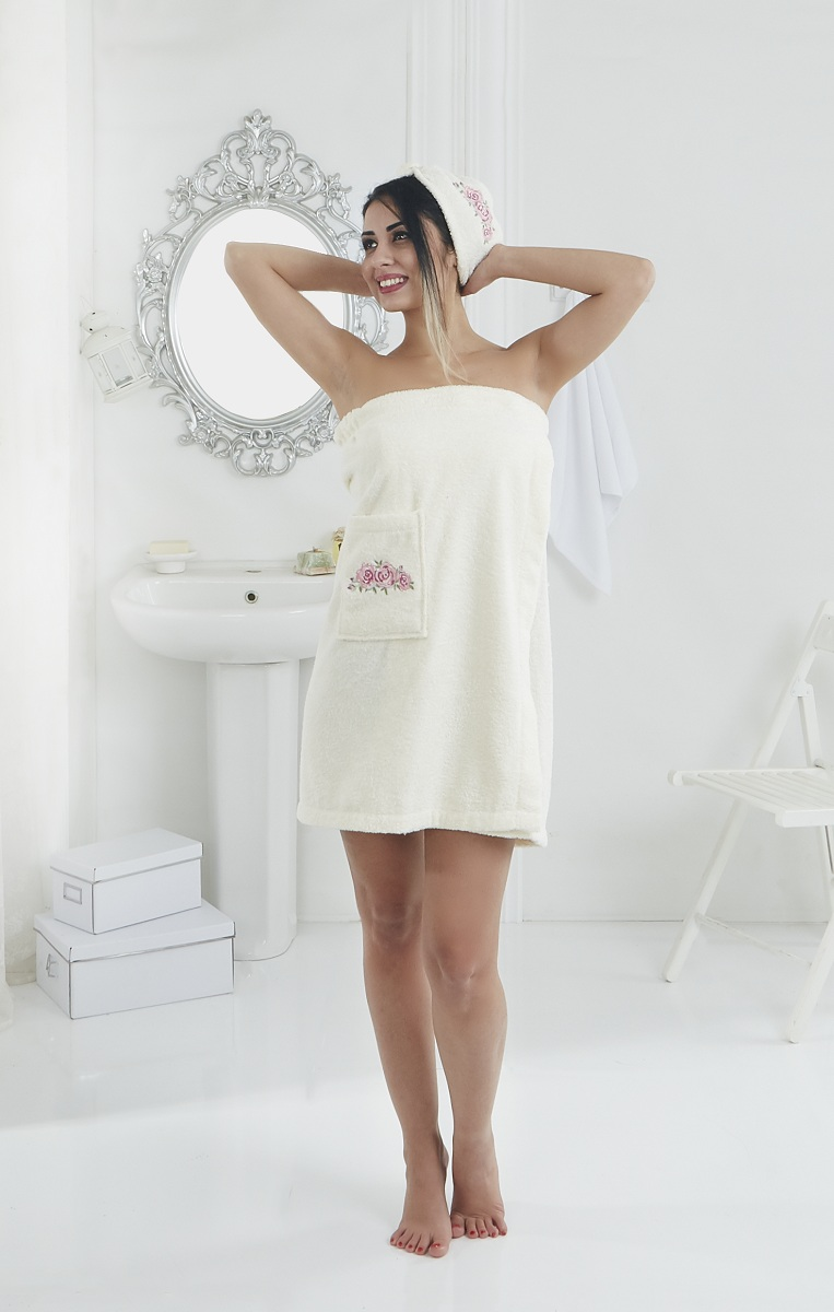 Набор для сауны женский Karna Pera, цвет: кремовый, 2 предмета2607/CHAR002Махровый набор для сауны Pera изготавливают из высококачественного 100% хлопка. Хлопковые нити прядутся из длинных волокон. Длина волокон хлопковой нити влияет на свойства ткани, чем длиннее волокна, тем махровое изделие прочнее, пушистее и мягче на ощупь. А также махровое изделие будет отлично впитывать воду и быстро сохнуть. На впитывающие качества махры (ее гигроскопичность) конечно же влияет состав волокон. Набор абсолютно не аллергенен, имеет высокую воздухопроницаемость и долгий срок использования.Состоит из полотенца-парео и полотенца -чалмы.