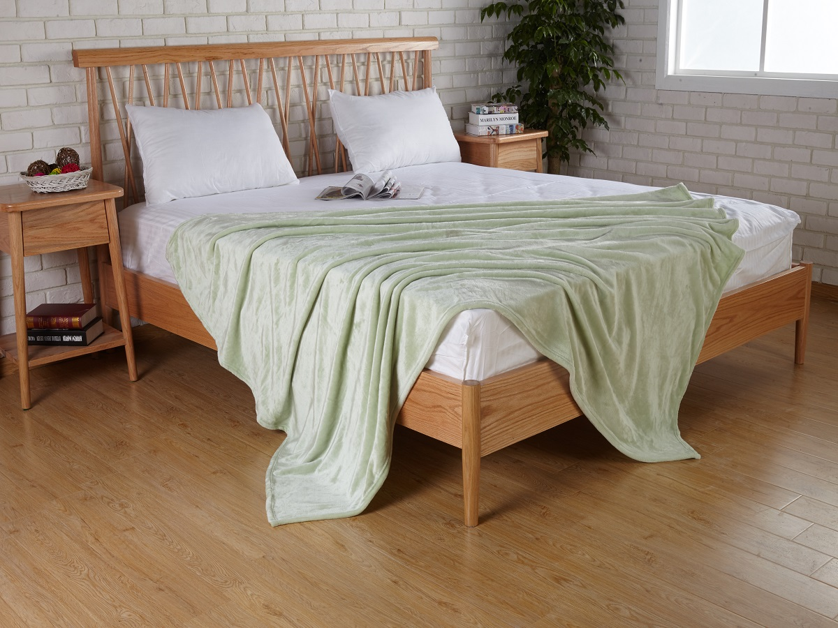 Плед Karna Elza, цвет: светло-зеленый, 160 x 200 см5084/CHAR007Плед Karna изготовлен из 100% полиэстера. Полиэстер является синтетическим волокном. Ткань, полностью изготовленная из полиэстера, даже после увлажнения, очень быстро сохнет. Изделия из полиэстера практически не требовательны к уходу и обладают высокой устойчивостью к износу. Изделия из полиэстера не мнутся и легко стираются, после стирки очень быстро высыхают. Материал очень прочный, за время использования не растягивается и не садится. А так же обладает высокой влагонепроницаемостью.