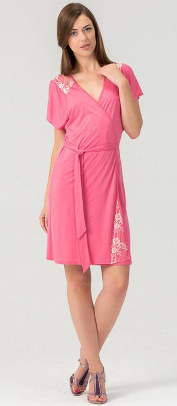 Халат женский Tesoro, цвет: розовый. 452Х1. Размер 48452Х1Женский халат из нежного вискозного полотна. Длина - немного выше колена. Декорировано мягким кружевом.