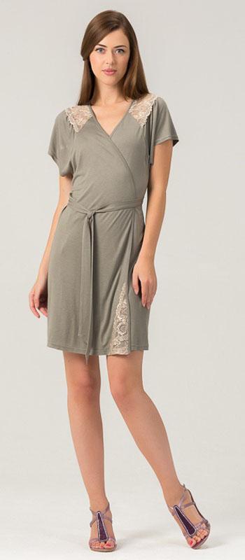 Халат женский Tesoro, цвет: оливковый. 452Х1. Размер 48452Х1Женский халат из нежного вискозного полотна. Длина - немного выше колена. Декорировано мягким кружевом.