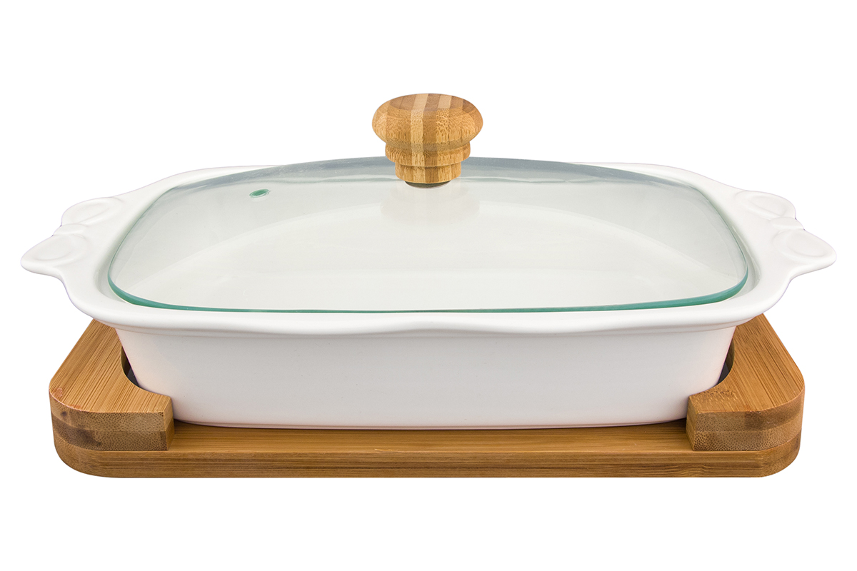 Блюдо для запекания и сервировки Elan Gallery Айсберг, с крышкой, на подставке, 1,2 л540120Блюдо для запекания и сервировки серии Айсберг объемом 1,2 л со стеклянной крышкой и деревянной подставкой выполнено из высококачественного фарфора, который выдерживает высокие температуры и прекрасно подходит для использования в духовке и микроволновой печи. Важно знать, что в микроволновой печи можно использовать только фарфоровую часть блюда, так как бамбуковая подставка не предназначена для воздействия микроволн. Блюдо прямоугольной формы с ушками и рельефным рисунком по бортам и изящной подставкой, на которой очень удобно сервировать горячее блюдо к столу.Блюдо для запекания и сервировки Elan Gallery Айсберг несомненно впишется в любой интерьер благодаря лаконичному дизайну, натуральным материалам и высокой функциональности. Такому подарку будет рада любая хозяйка! Размер блюда: 29 х 19 см. Высота стенки: 11 см. Объем блюда: 1,2 л.