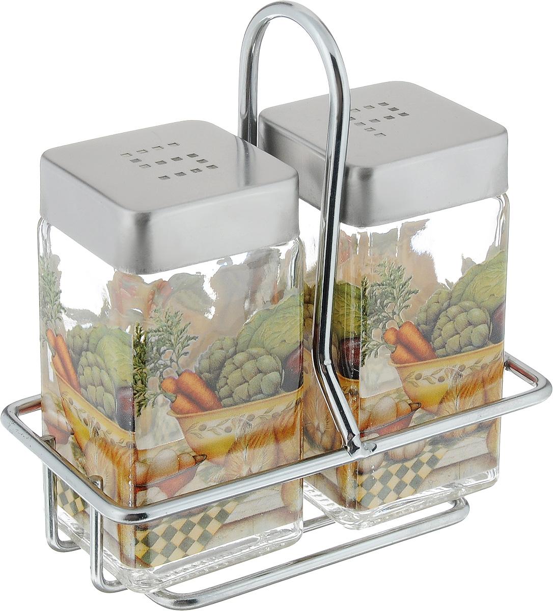 Набор для соли и перца SinoGlass Ленивый повар, 3 предметаSI-8050271-ALНабор SinoGlass Ленивый повар состоит из солонки, перечницы и подставки. Емкости, выполненные из стекла, оснащены металлическими крышками со специальными отверстиями для высыпания. Герметичность обеспечивают силиконовые вставки. Подставка выполнена из металла. Благодаря компактным размерам набор не займет много места на вашей кухне. Емкости легки в использовании: стоит только перевернуть их, и вы с легкостью сможете добавить соль и перец по вкусу в любое блюдо. Дизайн, эстетичность и функциональность набора SinoGlass Ленивый повар позволят ему стать достойным дополнением к кухонному инвентарю.Размер солонки/перечницы (с учетом крышки): 4,5 х 4,5 х 9,5 см.Размер подставки: 6 х 4 х 11,5 см.