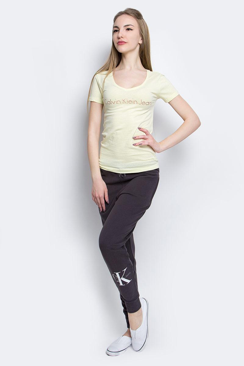 Футболка женская Calvin Klein Jeans, цвет: светло-желтый. J20J204820_7940. Размер M (44/46)J20J204820_7940Женская футболка Calvin Klein Jeans изготовлена из высококачественного натурального хлопка. Модель с короткими рукавами и V-образным вырезом горловины украшена блестящим принтом с логотипом бренда.