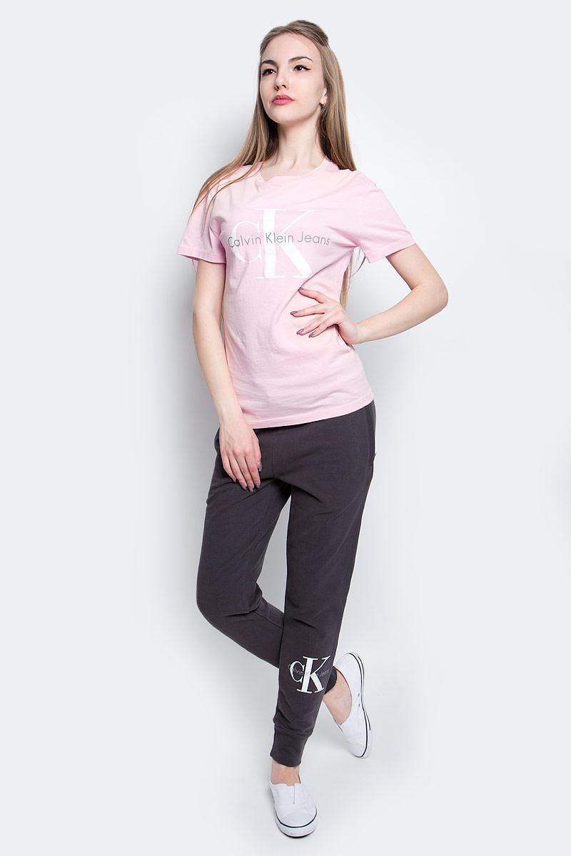 Футболка женская Calvin Klein Jeans, цвет: светло-розовый. J20J204696_6900. Размер S (42/44)J20J204696_6900Футболка Calvin Klein Jeans выполнена из натурального хлопка и оформлена принтом с изображением логотипа бренда. Модель с круглым вырезом горловины и коротким рукавом выполнена в свободном покрое.