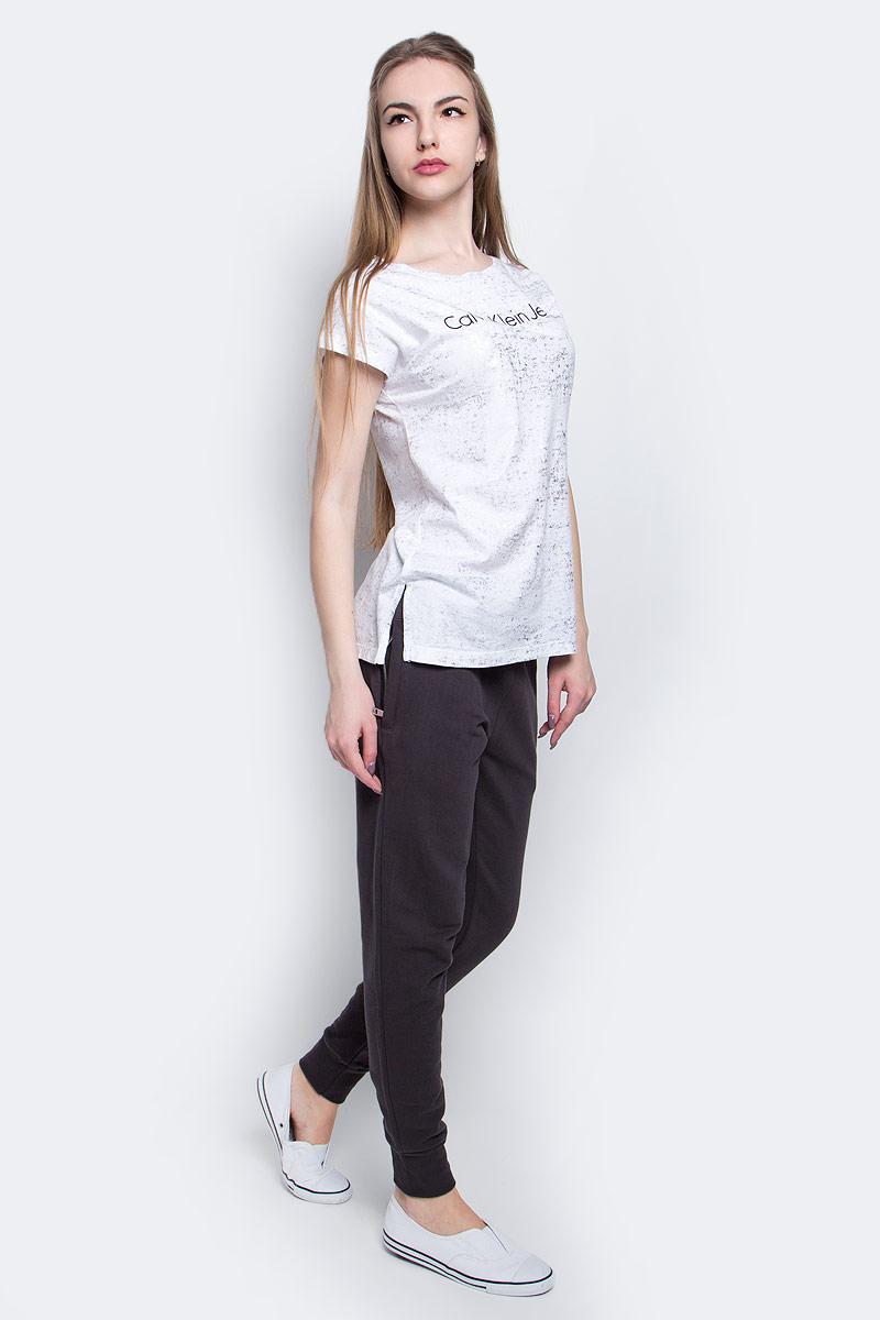 Футболка женская Calvin Klein Jeans, цвет: белый, серебряный. J20J204857_1120. Размер M (44/46)J20J204857_1120Женская футболка Calvin Klein Jeans выполнена из натурального хлопка. Модель с круглым вырезом горловины и короткими рукавами оформлена надписью с логотипом бренда.