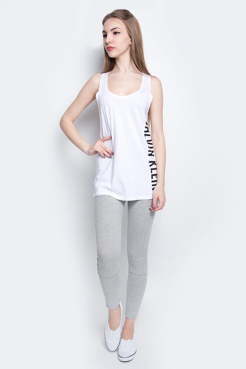 Майка женская Calvin Klein Underwear, цвет: белый. KW0KW00105_100. Размер L (50/52)KW0KW00105_100Стильная майка Calvin Klein Underwear выполнена из сочетания натурального хлопка и модала.Модель со спинкой-борцовка и круглым вырезом горловины оформлена принтом в виде надписи логотипа бренда.