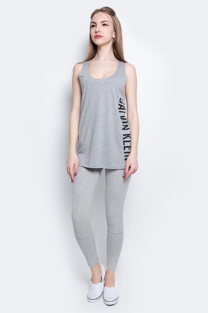 Майка женская Calvin Klein Underwear, цвет: серый. KW0KW00105_016. Размер M (48)KW0KW00105_016Стильная майка Calvin Klein Underwear выполнена из сочетания натурального хлопка и модала.Модель со спинкой-борцовка и круглым вырезом горловины оформлена принтом в виде надписи логотипа бренда.