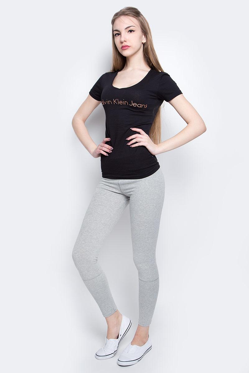 Футболка женская Calvin Klein Jeans, цвет: черный. J20J204820_0990. Размер L (46/48)J20J204820_0990Женская футболка Calvin Klein Jeans изготовлена из высококачественного натурального хлопка. Модель с короткими рукавами и V-образным вырезом горловины украшена блестящим принтом с логотипом бренда.