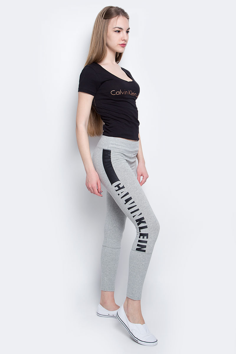 Леггинсы женские Calvin Klein Underwear, цвет: светло-серый, черный. QS5548E_020. Размер S (42)QS5548E_020Леггинсы Calvin Klein Underwear выполнены из хлопка с добавлением эластана, который обладает свойством эластичности. Модель оформлена принтом с названием бренда. Обтягивающие леггинсы дополнены эластичной резинкой на талии.