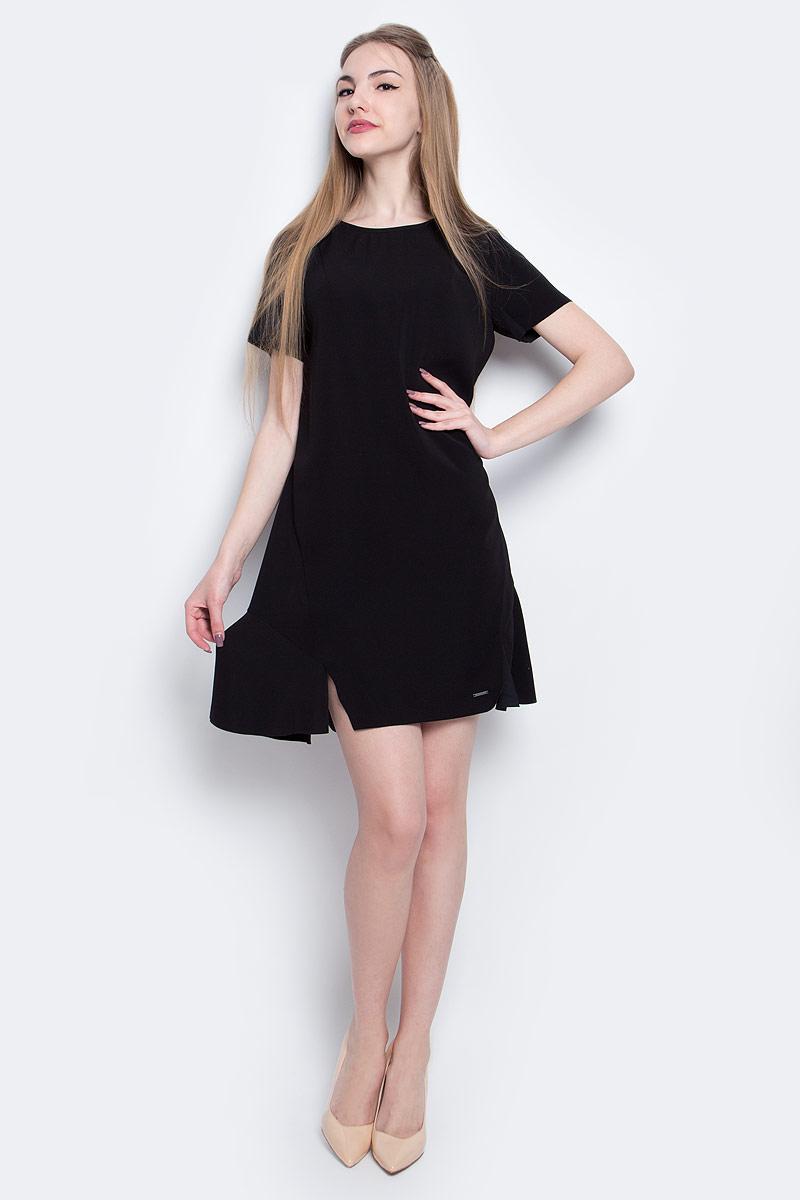 Платье Calvin Klein Jeans, цвет: черный. J20J205023_0990. Размер S (42)J20J205023_0990Стильное платье Calvin Klein Jeans изготовлено из качественного полиэстера. Модель с круглым вырезом горловины и короткими рукавами застегивается сзади на молнию и крючок. Слегка расклешенный низ платья оформлен ассиметричными разрезами. Края подола и рукавов не обработаны.