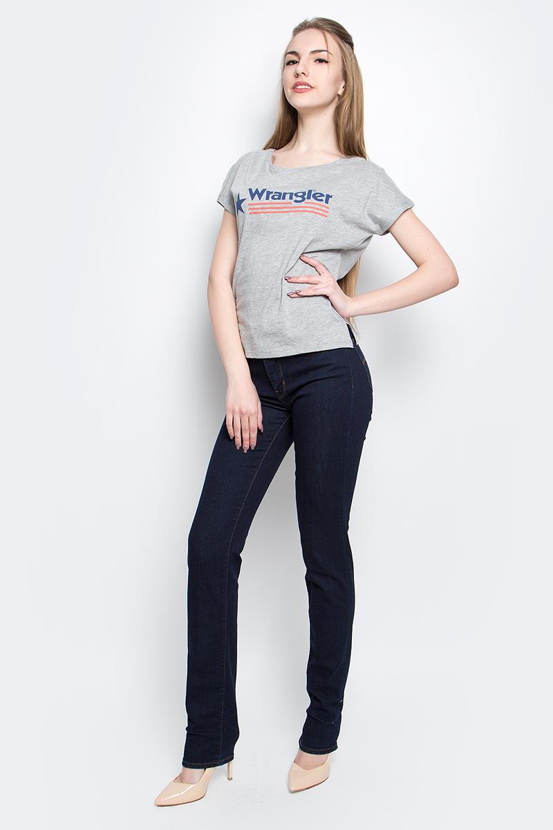 Футболка женская Wrangler Relaxed, цвет: серый. W7331GG37. Размер L (46)W7331GG37Стильная женская футболка Wrangler Relaxed изготовлена из сочетания хлопка и полиэстера. Модель с круглым вырезом горловины и короткими цельнокроеными рукавами оформлена принтом с надписью бренда. По бокам футболка дополнена небольшими разрезами.