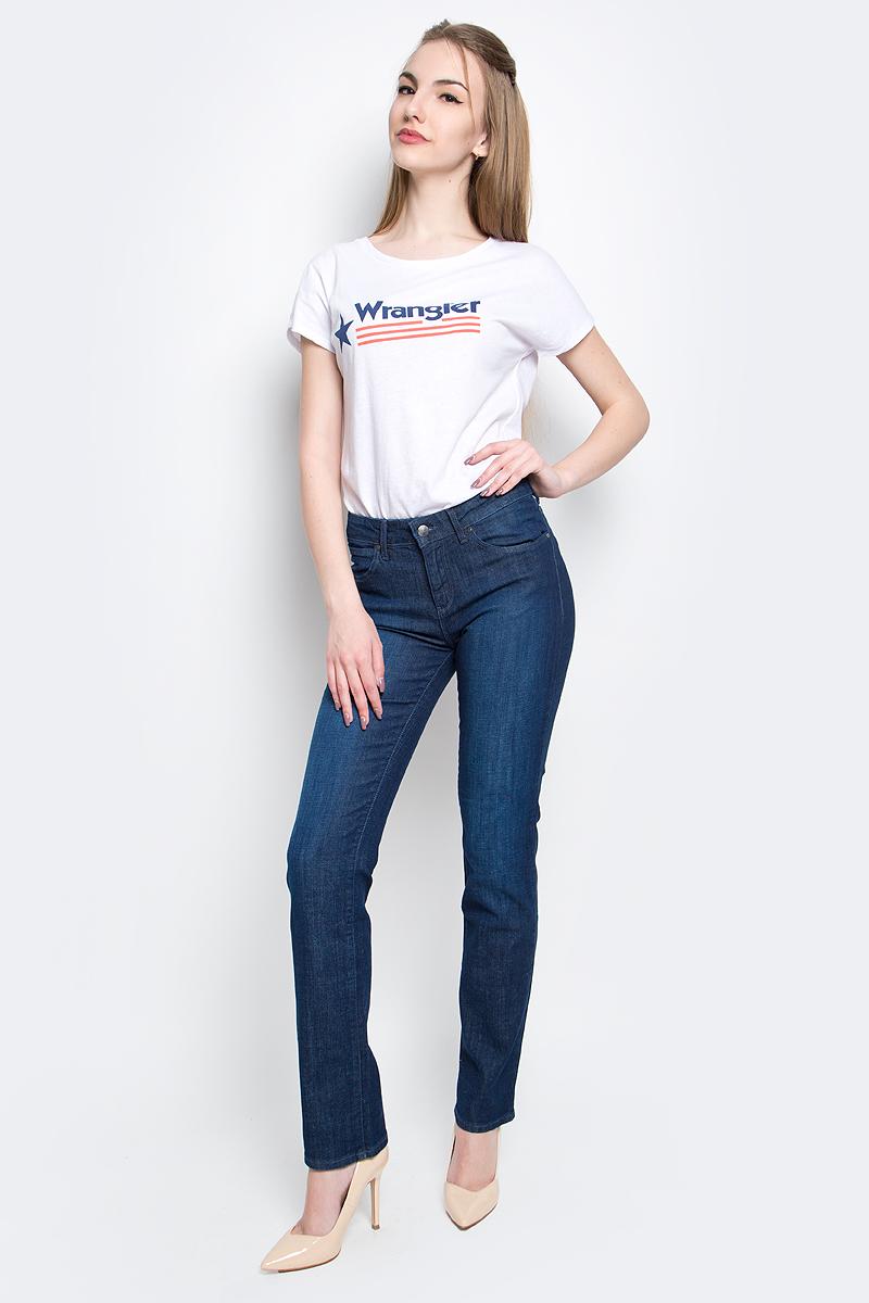 Джинсы женские Wrangler Straight, цвет: синий. W28T9186N. Размер 32-32 (48-32)W28T9186NЖенские джинсы Wrangler Straight выполнены из высококачественного эластичного хлопка с добавлением полиэстера. Прямые джинсы стандартной посадки застегиваются на пуговицу в поясе и ширинку на застежке-молнии, дополнены шлевками для ремня. Джинсы имеют классический пятикарманный крой: спереди модель дополнена двумя втачными карманами и одним маленьким накладным кармашком, а сзади - двумя накладными карманами. Джинсы украшены декоративными потертостями.