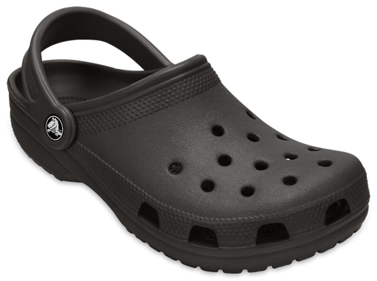 Сабо Crocs Classic, цвет: черный. 10001-1. Размер 12 (44/45)10001-1Модные сабо Classic от Crocs придутся вам по душе. Модель полностью выполнена из полимера Croslite. Благодаря материалу Croslite обувь невероятно легкая, мягкая и удобная. Материал Croslite - бактериостатичен, препятствует появлению неприятных запахов и легок в уходе: быстро сохнет и не оставляет следов на любых поверхностях. Верх модели и боковые стороны оформлены отверстиями, которые обеспечивают естественную вентиляцию. Под воздействием температуры тела обувь принимает форму стопы. Пяточный ремешок, оформленный названием бренда, обеспечивает фиксацию стопы при ходьбе. Рельефная поверхность верхней части подошвы комфортна при движении. Рифленое основание подошвы гарантирует идеальное сцепление с любой поверхностью. Такие сабо - отличное решение для каждодневного использования!