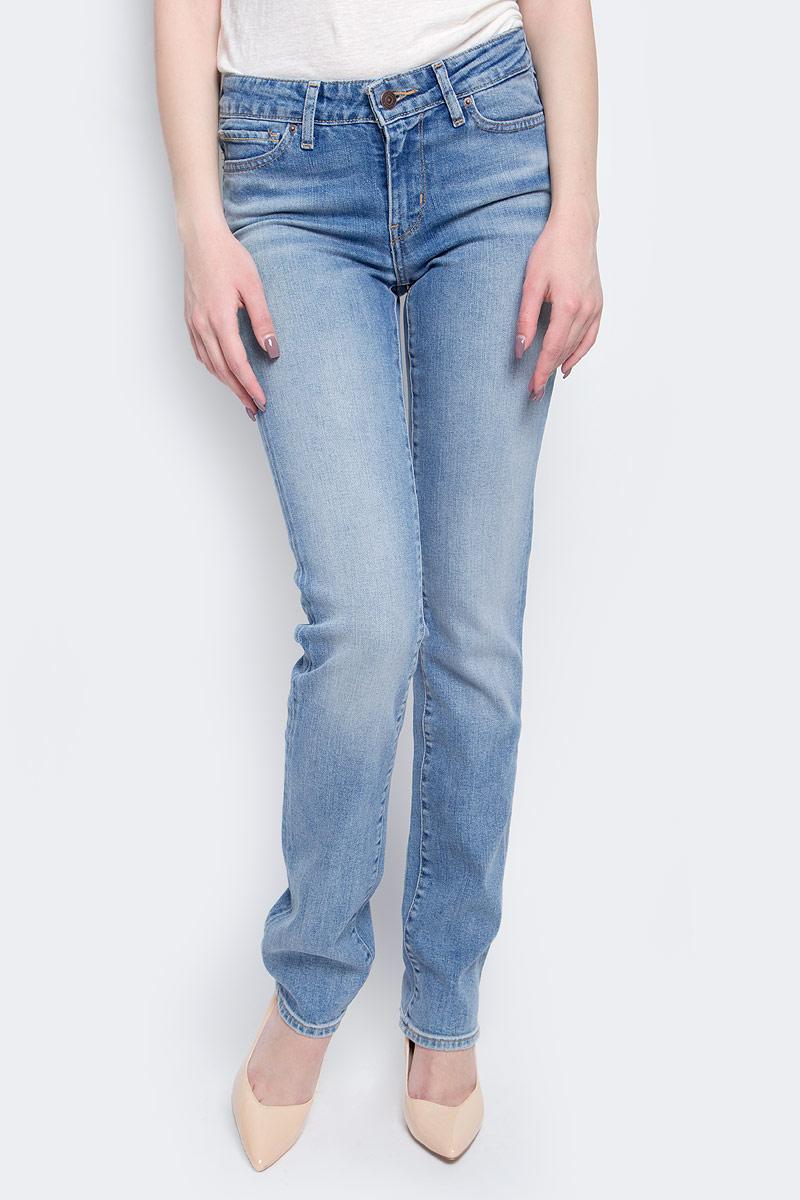 Джинсы женские Levis® 714, цвет: голубой. 2183400380. Размер 26-32 (42-32)2183400380Женские джинсы Levis® 714 выполнены из высококачественного эластичного хлопка. Джинсы прямого кроя и стандартной посадки застегиваются на пуговицу в поясе и ширинку на застежке-молнии, дополнены шлевками для ремня. Джинсы имеют классический пятикарманный крой: спереди модель дополнена двумя втачными карманами и одним маленьким накладным кармашком, а сзади - двумя накладными карманами. Модель украшена декоративными потертостями и перманентными складками, а также декоративной контрастной отстрочкой.