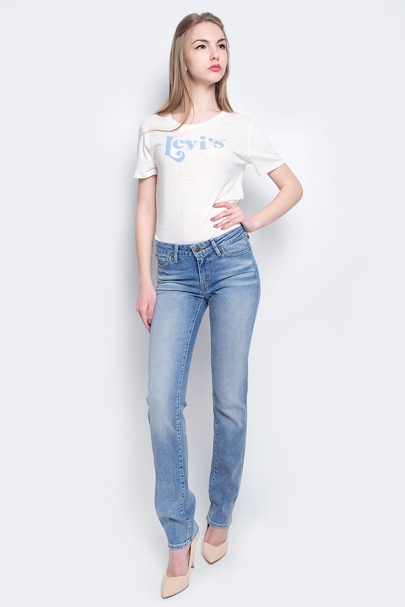 Джинсы женские Levis®, цвет: голубой. 2183400380. Размер 30-34 (48-34)2183400380Женские джинсы Levis® 714 выполнены из высококачественного эластичного хлопка. Джинсы прямого кроя и стандартной посадки застегиваются на пуговицу в поясе и ширинку на застежке-молнии, дополнены шлевками для ремня. Джинсы имеют классический пятикарманный крой: спереди модель дополнена двумя втачными карманами и одним маленьким накладным кармашком, а сзади - двумя накладными карманами. Модель украшена декоративными потертостями и перманентными складками, а также декоративной контрастной отстрочкой.