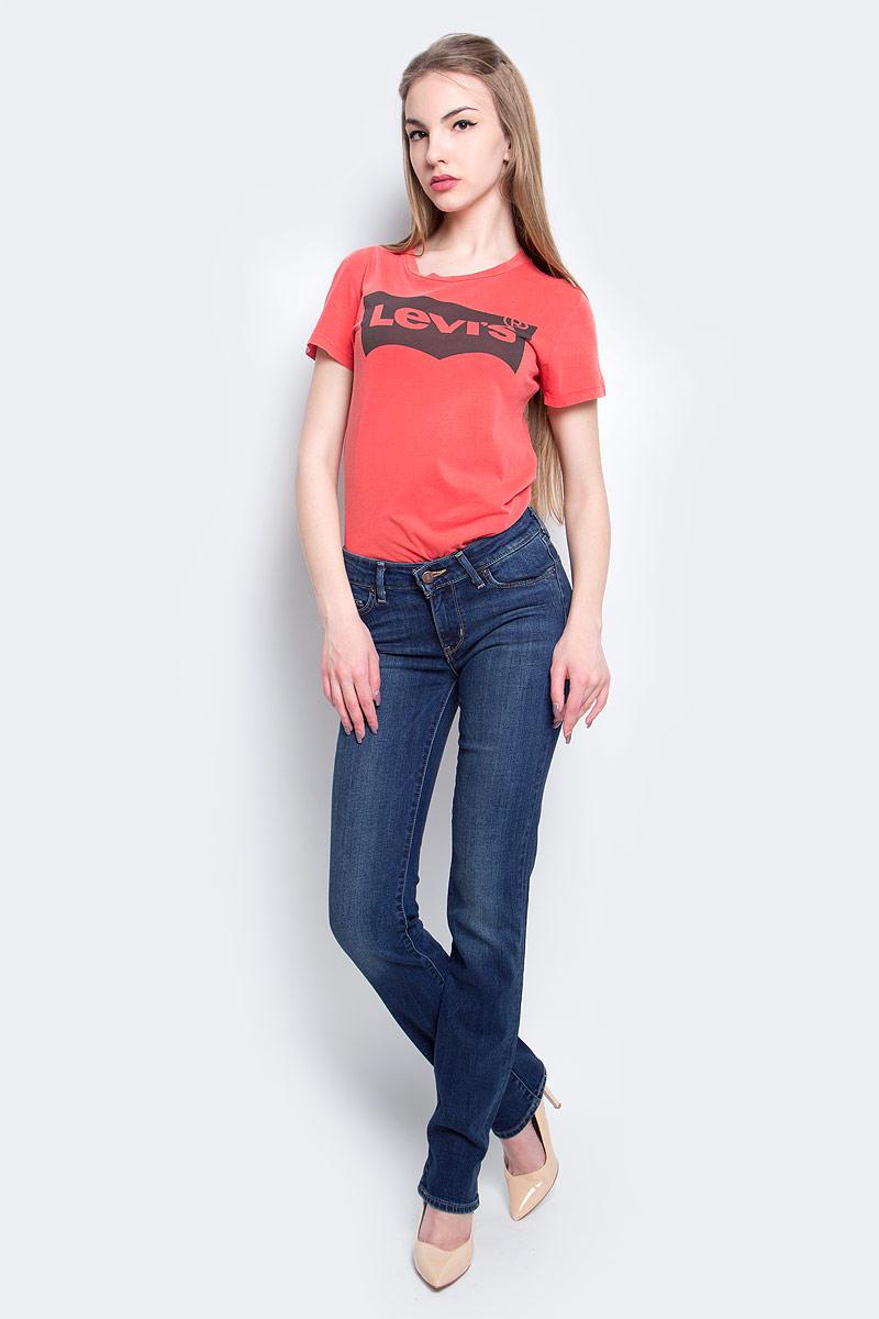 Джинсы женские Levis® 714, цвет: темно-синий. 2183400360. Размер 27-34 (42/44-34)2183400360Женские джинсы Levis® 714 выполнены из высококачественного эластичного хлопка. Джинсы прямого кроя и стандартной посадки застегиваются на пуговицу в поясе и ширинку на застежке-молнии, дополнены шлевками для ремня. Джинсы имеют классический пятикарманный крой: спереди модель дополнена двумя втачными карманами и одним маленьким накладным кармашком, а сзади - двумя накладными карманами. Модель украшена декоративными потертостями и перманентными складками.