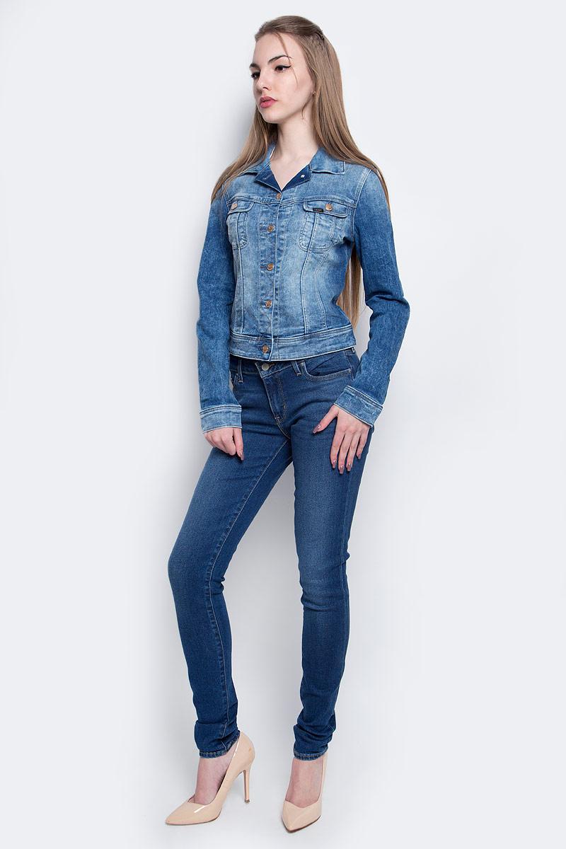 Куртка женская Lee, цвет: синий. L541PFOI. Размер S (42)L541PFOIЖенская джинсовая куртка Lee c длинными рукавами и отложным воротником выполнена из эластичного хлопка с добавлением вискозы. Укороченная модель застегивается на пуговицы спереди. Изделие имеет два накладных нагрудных кармана с клапанами на пуговицах спереди. Манжеты рукавов застегиваются на пуговицы. Модель оформлена декоративными потертостями.